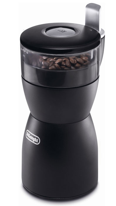 DeLonghi KG 40 кофемолкаKG40Э Электрическая кофемолка DeLonghi KG40- мощный и производительный аппарат, способный быстро измельчить довольно приличный объем кофе - до 90 граммов. Устройство имеет съемную колбу с делениями для удобства заправки, единую кнопку для управления процессом помола. Ножи из нержавеющей стали не требуют заточки, обеспечивают надежную и долгую службу прибора. Кофемолка DeLonghi KG40 подойдет также для помола сахара, круп и специй, а для зернового кофе предусмотрена функция измельчения по количеству чашек (максимум до 12). Безопасность работы прибора обеспечивает прорезиненное нескользящее основание. Модель комплектуется отсеком для хранения шнура и удобной щеточкой для очистки механизма.