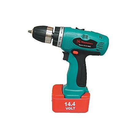 Дрель аккумуляторная HAMMER ACD144C PREMIUM98293883Соблюдение традицийАккумуляторная дрель-шуруповерт Acd144c premium от компании Hammer – незаменимый в быту инструмент, предназначенный для сверления отверстий в различных материалах, а также для вкручивания (выкручивания) крепежных изделий.Дизайн и качествоЕго дизайн не позволит вам пройти мимо. Эргономичная рукоятка инструментов от Hammer обеспечивает надежный хват и исключает возможность выскальзывания. Инструмент отлично ложится в ладонь, а конструкция с быстрозажимным патроном позволяет быстро менять оснастку.Аккумуляторное преимуществоНикелевый аккумулятор, емкостью 1500 мАч, позволяет заниматься крепежными и сверлильными работами около 2 часов. К тому же, время зарядки аккумулятора составляет всего-то до 1 часа. Напряжение в 14.4 В выводит данную модель от Hammer на первую позицию среди конкурентов. Отличительной чертой данного инструмента среди других подобных моделей становится использование в нем никелевого аккумулятора, что позволяет использование инструмента в более широком диапазоне температур (от -20 до +50 °C).МногофункциональностьФункционал Hammer Acd144c premium не ограничивается только вкручиванием саморезов. Диаметр гнезда патрона варьируется до 10 мм. Это, соответственно, дает возможность использовать большее количество сверл и проводить больше видов работ. Этот полезный инструмент поможет вам просверлить дерево, металл.Безопасность во время работыПроизводитель Hammer всегда ставит безопасность во время работы превыше всего. Доказательством этого является блокировка кнопки включения в модели Acd144c premium.Дополнительные приспособленияКейс, поставляемый в комплекте вместе с инструментом, обеспечит его сохранность во время транспортировки и позволит всегда иметь под рукой дополнительную оснастку.