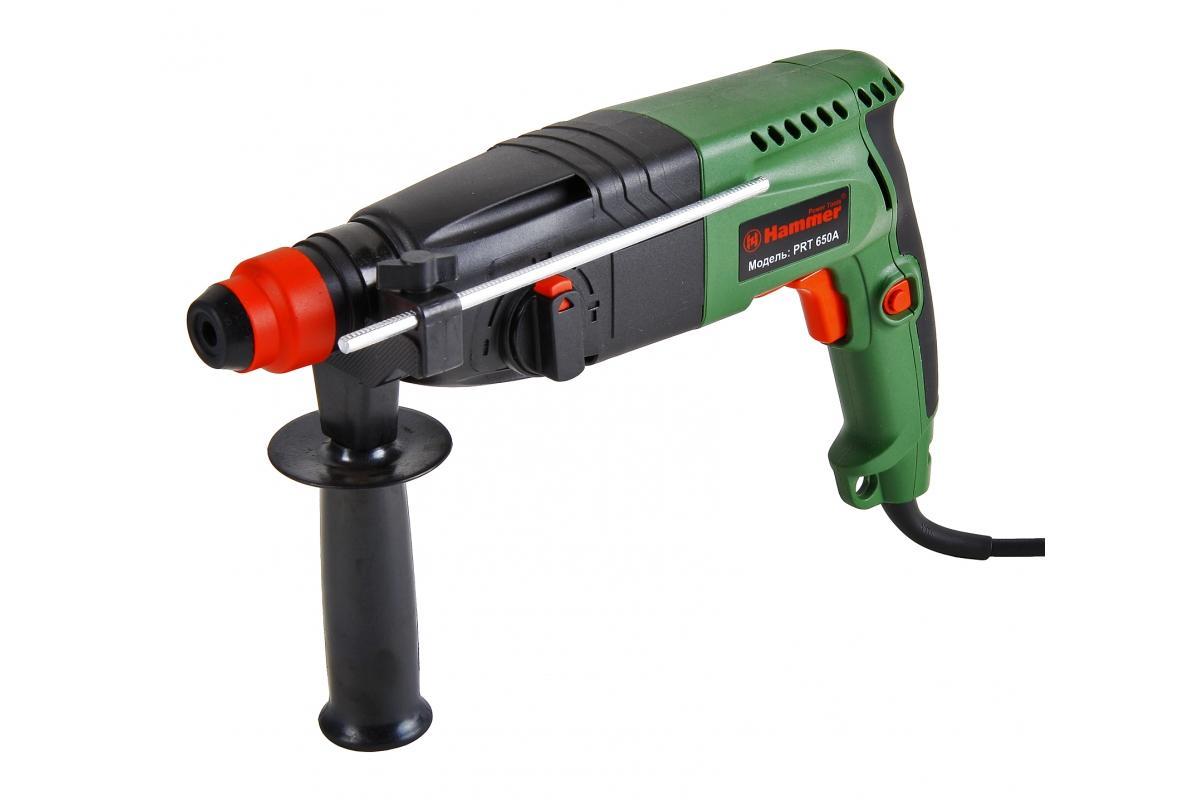 Hammer PRT650A перфораторPrt650aДомашний помощникПроизводитель ручного инструмента Hammer создал модель Prt650a для использования как в быту, так и на производстве. Перфоратор предназначен для создания отверстий в металле, в дереве и других твердых материалах. В режиме «сверление с ударом» или «долбление» инструмент способен продолбить отверстие в бетоне, кирпиче, керамике. А если переключиться в режим «завинчивание» инструмент превращается в обычный шуруповерт, которым можно вкручивать саморезы.Отличная производительностьПри относительно не сложных видах работ, а также при эксплуатации инструмента на высоте вам необходим сравнительно легкий и производительный перфоратор. Именно таким является Prt650a от производителя Hammer. Весом 3.3 кг, он снабжен мощным двигателем 650 Вт и длинным сетевым кабелем 3.3 м. Модель имеет функцию удара с энергией 2.2 Дж, частотой 4850 уд/мин., что делает его отличным «убийцей» бетона и кирпича.Долбить или сверлитьСамым популярным режимом большинства перфораторов является режим «сверления с ударом», при котором рабочая оснастка получает одновременно оборотные и поступательные движения, таким образом делая отверстие в твердых материалах. В режиме удара («долбление») оборотные движения рабочего элемента отсутствуют, остаются только ударные, и наш перфоратор превращается в отбойный молоток, способный разрушать кирпич, камень и монолитные стены.SDS-патронУниверсальный патрон SDS-Plus позволяет закрепить зубило (и другие насадки) в разных положениях и обеспечивает удобную работу в труднодоступных местах.Диаметры сверленияДля надежной долговечной работы инструмента всегда необходимо знать максимальные рекомендуемые диаметры сверления определенных типов материалов, для Prt650a это: по дереву – 30 мм, по металлу – 13 мм, по бетону (кирпичу) – 24 мм.Полезные мелочиВ Hammer Prt650a предусмотрен ряд дополнительных конструктивных решений для более удобной эксплуатации: ограничитель глубины, дополнительная рукоятка, реверс, регулировка частоты вращ