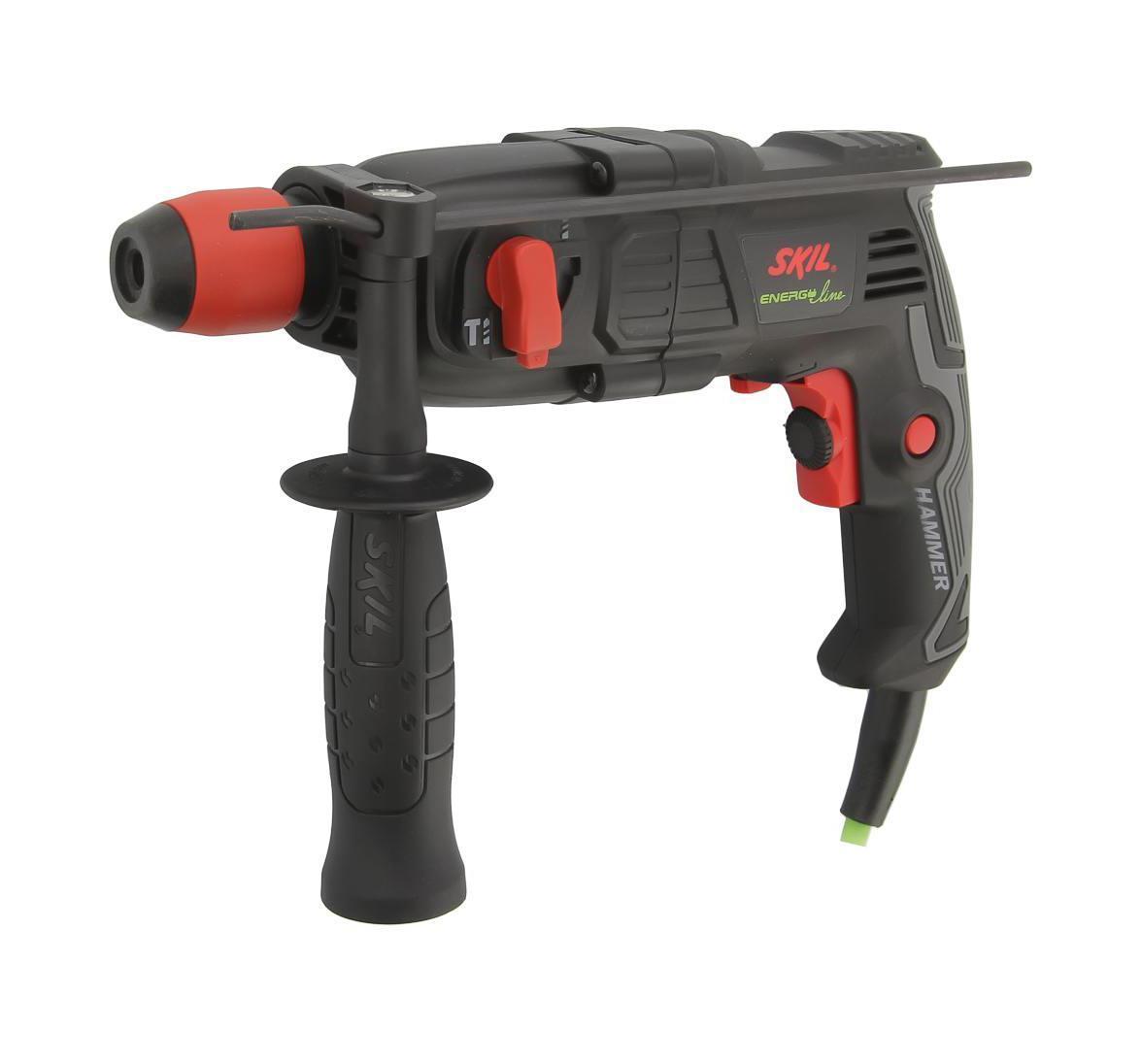 Перфоратор Skil 1734LA1734 LAДомашний помощникПроизводитель ручного инструмента Skil создал модель 1734 LA для использования как в быту, так и на производстве. Перфоратор предназначен для создания отверстий в металле, в дереве и других твердых материалах. В режиме «сверление с ударом» инструмент способен продолбить отверстие в бетоне, кирпиче, керамике. А если переключиться в режим «завинчивание» инструмент превращается в обычный шуруповерт, которым можно вкручивать саморезы.Отличная производительностьПри относительно не сложных видах работ, а также при эксплуатации инструмента на высоте вам необходим сравнительно легкий и производительный перфоратор. Именно таким является 1734 LA от производителя Skil. Весом 1.6 кг, он снабжен мощным двигателем 400 Вт и длинным сетевым кабелем 1.6 м. Модель имеет функцию удара с энергией 1 Дж, частотой 6600 уд/мин., что делает его отличным «убийцей» бетона и кирпича.Долбить или сверлитьСамым популярным режимом большинства перфораторов является режим «сверления с ударом», при котором рабочая оснастка получает одновременно оборотные и поступательные движения, таким образом делая отверстие в твердых материалах.SDS-патронУниверсальный патрон SDS-Plus позволяет закрепить зубило (и другие насадки) в разных положениях и обеспечивает удобную работу в труднодоступных местах.Диаметры сверленияДля надежной долговечной работы инструмента всегда необходимо знать максимальные рекомендуемые диаметры сверления определенных типов материалов, для 1734 LA это: по дереву – 20 мм, по металлу – 10 мм, по бетону (кирпичу) – 12 мм.Полезные мелочиВ Skil 1734 LA предусмотрен ряд дополнительных конструктивных решений для более удобной эксплуатации: ограничитель глубины, дополнительная рукоятка, реверс, регулировка частоты вращения, блокировка кнопки включения.