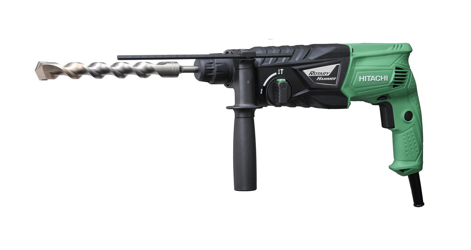 Hitachi DH24PG перфораторDH24PGДомашний помощникПроизводитель ручного инструмента Hitachi создал модель DH24PG для использования как в быту, так и на производстве. Перфоратор предназначен для создания отверстий в металле, в дереве и других твердых материалах. В режиме «сверление с ударом» инструмент способен продолбить отверстие в бетоне, кирпиче, керамике.Отличная производительностьПри относительно не сложных видах работ, а также при эксплуатации инструмента на высоте вам необходим сравнительно легкий и производительный перфоратор. Именно таким является DH24PG от производителя Hitachi. Весом 2.7 кг, он снабжен мощным двигателем 730 Вт и длинным сетевым кабелем 2.7 м. Модель имеет функцию удара с энергией 2.7 Дж, частотой 3950 уд/мин., что делает его отличным «убийцей» бетона и кирпича.Долбить или сверлитьСамым популярным режимом большинства перфораторов является режим «сверления с ударом», при котором рабочая оснастка получает одновременно оборотные и поступательные движения, таким образом делая отверстие в твердых материалах.SDS-патронУниверсальный патрон SDS-Plus позволяет закрепить зубило (и другие насадки) в разных положениях и обеспечивает удобную работу в труднодоступных местах.Диаметры сверленияДля надежной долговечной работы инструмента всегда необходимо знать максимальные рекомендуемые диаметры сверления определенных типов материалов, для DH24PG это: по дереву – 32 мм, по металлу – 13 мм, по бетону (кирпичу) – 24 мм.Полезные мелочиВ Hitachi DH24PG предусмотрен ряд дополнительных конструктивных решений для более удобной эксплуатации: реверс, регулировка частоты вращения, блокировка кнопки включения.