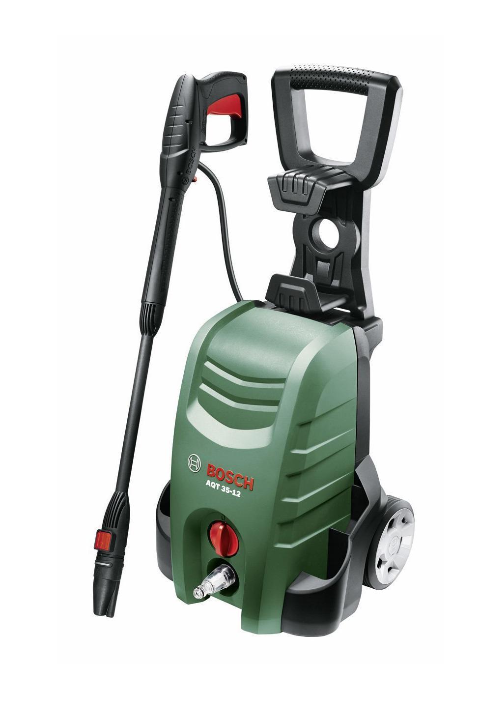 Минимойка Bosch AQT 35-1206008A7100С очистителем высокого давления Bosch Aquatak 35-12 Вы без труда справитесь с любыми работами по очистке как в доме, так и на садовом участке. Насадки-распылители с быстродействующей муфтой на мобильном и компактном инструменте - работа с очистителем высокого давления ещё никогда не была столь комфортна.Bosch Aquatak 35-12 - это практичная модель, оснащенная инновационными функциями и фитингами SDS для большей гибкости. Простота настройки и маневрирования позволяет выполнять широкий спектр моечных работ. Увеличение эффективности очистки достигается благодаря инновационной насадке 3-в-1. Она представляет собой распылительную головку высокого давления и головку поворотной насадки с опцией подачи моющего средства под низким давлением.Надежные колеса и рукоятка Easy-Fold обеспечивают легкое передвижение и позволяют экономить место при хранении. Благодаря функции автоматического отключения очиститель высокого давления Bosch Aquatak 35-12 обладает отличной энергоэффективностью. Простота эксплуатации достигается за счет быстродействующих муфт и встроенного держателя принадлежностей. Система подачи моющего средства обеспечивает удобное нанесение моющего раствора. Встроенный водный фильтр предназначен для простоты обслуживания и дополнительной защиты насоса.