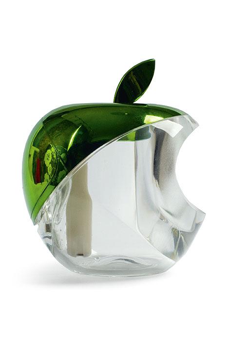 Gezatone Увлажнитель воздуха Green Apple AN-5151301131В основе действия увлажнителя лежит образование мелкодисперсного пара, который образуется благодаря ультразвуку с частотой колебаний 2МГц. Этот элемент находится в воде, и он расщепляет воду на микрочастицы размером всего около 1.5 нанометров, которые прекрасно увлажняют воздух и усваиваются кожей. Кроме того, в приборе установлен встроенный генератор анионов, которые, распространяясь по помещению, заметно освежают его, очищая и дезинфицируя воздух.Мелкодисперсный пар, вырабатываемый прибором, способствует увлажнению и регенерации кожи, улучшает структуру волос, облегчает дыхание, восстанавливает нормальную работу слизистых, препятствует развитию многих простудных заболеваний.Преимущества ультразвукового увлажнителя Gezatone:Питание от USB-порта компьютера позволяет установить увлажнитель прямо на рабочем месте, где особенно низкая влажность воздуха. Мельчайшие частицы воды не способны навредить электронике и технике, так что увлажнитель может стоять в непосредственной близости от компьютера - это абсолютно безопасно!Оптимальный баланс влажности в помещении - это профилактика многих проблем со здоровьем, улучшение состояния кожи и волос, более легкое дыхание.Маленькие размеры и бесшумная работа позволяют использовать увлажнитель во время сна, его можно разместить в спальне и даже в детской для идеального микроклимата.Встроенный генератор анионов способствует очищению и освежению воздуха в помещении.Длительная работа и простота в использовании. Одного резервуара с водой хватает на 4 часа распыления, после чего можно долить воду, и прибор будет работать дальше.Стильный дизайн прекрасно дополнит любой интерьер и поднимет настроение!Позаботьтесь о себе и своих близких - используйте ультразвуковой увлажнитель Яблоко Gezatone!