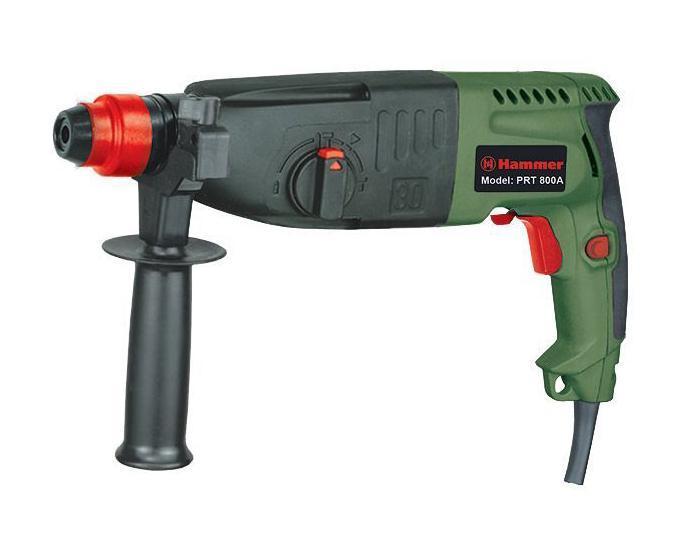 Перфоратор Hammer PRT800APRT800A перфораторСовременный мощный перфоратор Hammer PRT 800А с успехом справится со многими задачами - ему под силу и обычное сверление, и сверление с ударом. Кроме того, этот инструмент незаменим для долбления поверхностей различной твердости. Такой удобный перфоратор применяют при строительстве и ремонте, а также во время отделки зданий.Этот прибор обеспечивает высокую надежность во время работы, с ним удобно и комфортно работать благодаря наличию высоких эксплуатационных характеристик. Этот электроинструмент может работать в трех режимах - в режиме удара, удара со сверлением и в режиме сверления. Режим удар позволяет перфоратору выдалбливать нужные отверстия без дополнительных усилий; это касается бетона и кирпича, кафельной плитки и штукатурки. В таком режиме можно применять рабочие насадки, используя конопатку или лопатку, а также для этого подойдет зубило.В режиме удар и сверление применяются сверла, буры, пики и зубила с креплением SDS+. Работа с перфоратором создает много пыли и оставляет мелкие кусочки материала, который выдалбливается. Поэтому в патрон встроена специальная система пылезащиты, которая позволяет увеличить срок эксплуатации прибора.В перфораторе Hammer PRT 800А есть двойная изоляция токопроводящих элементов. Присутствует функция реверса. Кроме того, здесь есть предохранительная муфта. С помощью дополнительной рукоятки с прорезиненным рельефом можно с высокой точностью выполнять все работы. Такой перфоратор не выскользнет из рук во время проведения работ. Это надежный инструмент, оптимально работающий при интенсивных нагрузках.