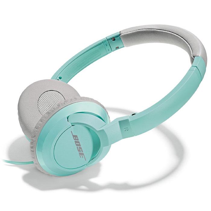 Bose SoundTrue On-Ear, Mint наушники17817628976Bose SoundTrue On-Ear - это удобные и лёгкие наушники, с мягкими запоминающими форму амбушюрами. Улучшенный акустический дизайн наушников создан специально для того, чтобы вы могли почувствовать всю глубину и четкость звука вашей музыки. Помимо подчеркнутого стиля, наушники SoundTrue предназначены для обеспечения стабильного качества. Аудио-кабель присоединяется к одной чашке для большей свободы передвижения и исключает вероятность запутаться в проводах. Провод легко отключается для удобного хранения. Чашечки также удобно складываются и помещаются в специальный чехол для переноски, который идет в комплекте. Чехол для переноски и наушники выдержаны в едином стиле.Наушники Bose SoundTrue On-Ear разработаны специально для использования iPhone и других продуктов Apple. Интегрированный пульт ДУ, расположенный на задней панели микрофона, позволяет управлять основными музыкальными функциями: регулировкой громкости, воспроизведение / пауза, пропуск композиции, переключение треков, предыдущий трек / следующий, быстрая перемотка вперед / назад и изменение списка воспроизведения. Вы можете принимать звонки и переключаться между вызовами и музыкой с легкостью в одно касание. И все это без необходимости каждый раз доставать устройство. Многие функции, также совместимы с самыми популярными на сегодняшний день моделями телефонов.