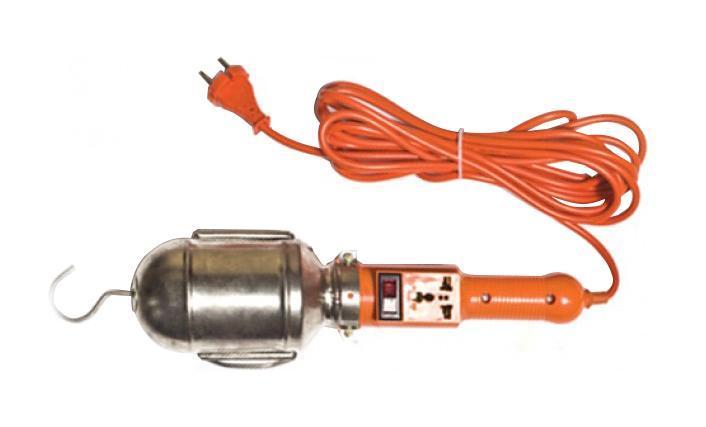 Уличный светильник UNIVersal 83326(966U-0205)83326Светильник переносной UNIVersal предназначен для временного местного освещения рабочей зоны в условиях удаленности от источника света и питающей сети. Устройство оснащено металлическим отражателем с антикоррозийным покрытием. Для удобства использования в верхней части имеется специальный подвесной крюк, позволяющий устойчиво закрепить осветительный прибор в момент эксплуатации. Ручка выполнена из высококачественной конструкционной пластмассы, не поддерживающей горение, а также снабжена встроенным выключателем и в отдельных наименованиях приборной розеткой для максимального повышения функциональности изделия. Питающий провод с усиленной двойной изоляцией позволяет осуществлять эксплуатацию на расстоянии до 5 м.