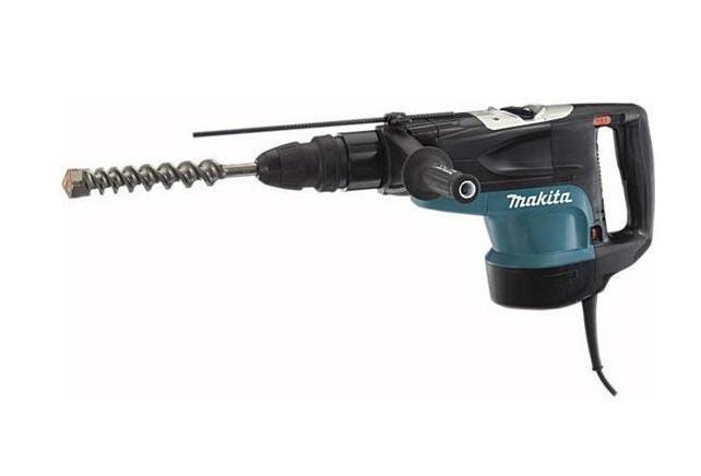 Makita HR5201C перфораторHR5201CИнструмент для разрушенияВ первую очередь перфоратор – это электроинструмент, предназначенный для пробивания отверстий в твердых материалах или крушения структуры материала за счет вращательных или поступательных воздействий ударного механизма перфоратора. Для получения необходимого результата инструмент должен обладать достаточной мощностью.Профессиональная силаКачественный перфоратор HR5201C – это воплощение высокой мощности, надежности и отличной эргономики от Makita. Оснащенный 1500-ваттным двигателем, Makita HR5201C на ура справится со стоящей впереди стеной или разнесет каменную брылу на пылинки. Современный патрон с SDS-системой позволяет производить замену рабочей оснастки одной рукой.Неоспоримая мощностьДержа Makita HR5201C в руках, чувствуешь себя настоящим крушителем бетона. Неповторимый дизайн и удобство эксплуатации заставят вас навсегда забыть о других перфораторах. Обладая энергией удара до 20 Дж, перфоратор способен создавать отверстия или разрушать разные твердые материалы быстро и безвозвратно. С максимальными оборотами в 260 об/мин. и ударами 2150 уд/мин. на холостом ходу HR5201C предназначен для профессионального использования.Вес имеет значение!Не последней характеристикой при выборе ручного инструмента является его вес. Более тяжелым инструментом, конечно, долго не поработаешь, но зато он с большей легкостью справится с любыми стенами, так как вес напрямую зависит от мощи, заложенной в инструмент. Вес Makita HR5201C в 11.3 кг говорит сам за себя.Комфорт и заботаВ профессиональных перфораторах от Makita особое внимание уделяется антивибрационной защите оператора во время работы с инструментом. Электронная система регулировки частоты вращения делает пуск инструмента более мягким и без рывков. Кнопка блокировки включения делает невозможным произвольное включение инструмента во время случайного нажатия на кнопку пуска. Также она придет на помощь во время выполнения больших объемов работ, когда неудобно долго держать 
