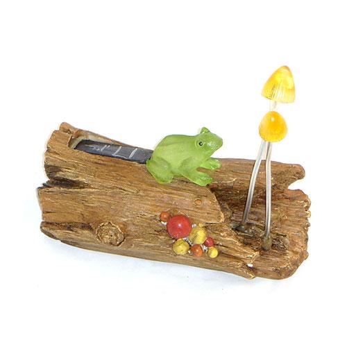 Декоративный светильник Счастливый дачник Лягушка на бревне LNBLNBДекоративный светильник на солнечной батарее Лягушка на бревне- простое и эффективное решение. Он идеально подходит для украшения дачи, садового участка отдыха и других территорий. Также его можно использовать для выделения затемненных уголков участка, подсветки дорожек и для освещения ступенек. Данное устройство экологично и не наносит вреда окружающей среде, так как заряжается от солнечного света с помощью солнечной батареи и работает от встроенного Ni-Cd аккумулятора. Солнечный свет попадая на солнечную батарею, заряжает встроенный аккумулятор. Батарея заряжается при попадании солнечного света на солнечную батарею. При наступлении темноты светодиод автоматически начинает светить. Фонарь отлично подходит для украшения садового участка, украшения дачи и других территорий. При использовании светильников на солнечной батарее, вам не нужно будет прокладывать траншеи, выполнять земляные работы, прокладывать электрический кабель, делать другую опасную и дорогостоящею работу. Они очень легко устанавливаются и так же легко снимаются. При полной зарядки время свечения до 6 часов. Характеристики:Материал: пластик. Размер светильника: 21 см х 17 см х 10 см. Размер упаковки:24,5 см х 13 см х 19 см. Производитель:Китай. Артикул:LNB.