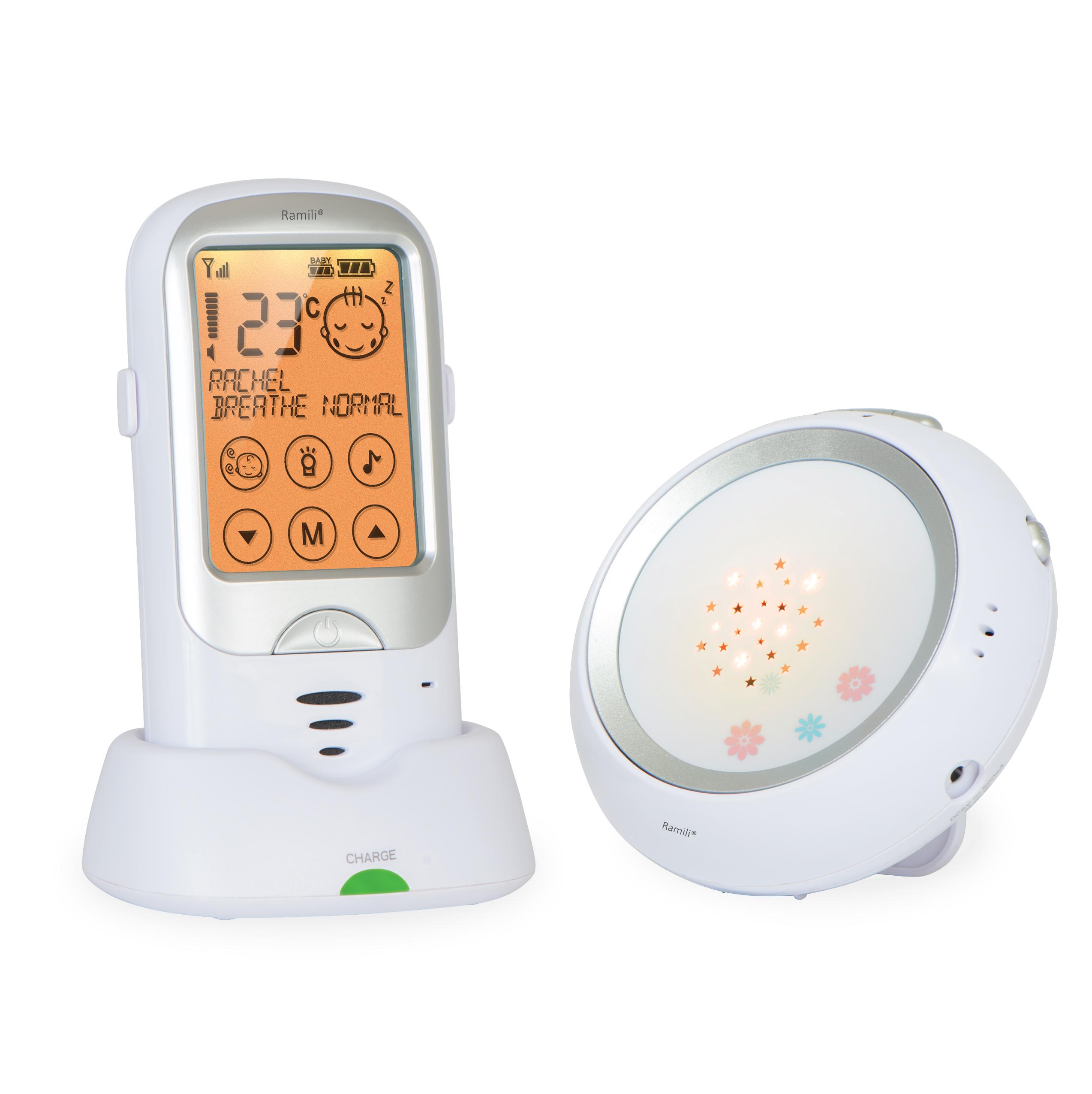 Ramili Baby Digital Baby Monitor RA300 представляет собой радионяню, вобравшую в себя все передовые технологии. Она обеспечивает простое и удобное общение с ребенком, полностью безопасна, ее звучание является кристально чистым, а диапазон действия составляет расстояние до 650 метров. Устройство постоянно в автоматическом режиме мониторит расстояние между блоками и регулирует мощность передачи сигнала, тем самым продлевая срок службы аккумулятора. Радионяня Ramili Baby Digital Baby Monitor RA300 включает в себя множество полезных, потрясающих возможностей, обеспечивающих высоким комфорт при использовании в повседневной рутине: сенсорный дисплей, автоматическое определение плача ребенка, двустороннюю связь, великолепный ночник с возможностью проецирования симпатичных звезд и многое другое. Кристально чистый звук Автоматический поиск каналов для обеспечения наилучшего качества