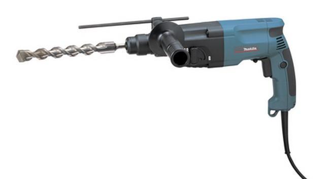 Makita HR2020HR2020Домашний помощникПроизводитель ручного инструмента Makita для использования как в быту, так и на производстве. Перфоратор предназначен для создания отверстий в металле, в дереве и других твердых материалах. В режиме «сверление с ударом» инструмент способен продолбить отверстие в бетоне, кирпиче, керамике. А если переключиться в режим «завинчивание» инструмент превращается в обычный шуруповерт, которым можно вкручивать саморезы.Отличная производительностьПри относительно не сложных видах работ, а также при эксплуатации инструмента на высоте вам необходим сравнительно легкий и производительный перфоратор. Именно таким являетсяот производителя Makita. Весом 2.3 кг, он снабжен мощным двигателем 710 Вт и длинным сетевым кабелем 2.3 м. Модель имеет функцию удара с энергией 2.2 Дж, частотой 4050 уд/мин., что делает его отличным «убийцей» бетона и кирпича.Долбить или сверлитьСамым популярным режимом большинства перфораторов является режим «сверления с ударом», при котором рабочая оснастка получает одновременно оборотные и поступательные движения, таким образом делая отверстие в твердых материалах.SDS-патронУниверсальный патрон SDS-Plus позволяет закрепить зубило (и другие насадки) в разных положениях и обеспечивает удобную работу в труднодоступных местах.Диаметры сверленияэто: по дереву – 32 мм, по металлу – 13 мм, по бетону (кирпичу) – 20 мм.Полезные мелочиВ Makita предусмотрен ряд дополнительных конструктивных решений для более удобной эксплуатации: ограничитель глубины, дополнительная рукоятка, реверс, регулировка частоты вращения, блокировка кнопки включения.