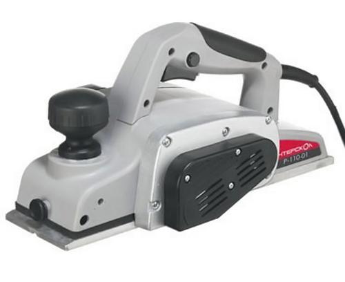 Электрорубанок Интерскол Р-110/1100МР-110/1100МРубанок Интерскол Р-110/1100М - это универсальный рубанок, который отлично подойдет профессионалам, а также будет полезен в быту. Предусмотрена возможность плавно регулировать толщину снимаемой стружки и блокировка инструмента от случайного включения. Другими его достоинствами можно назвать ножи из быстрорежущей стали и фрезу, вращающуюся с высокой скоростью, что обеспечивает надлежащую обработку поверхностей деталей.Данная модель представляет собой стационарный рубанок с традиционными ножами из высоколегированной стали с возможностью многократной заточки. Основной особенностью этого рубанка является увеличенная по сравнению с другими моделями ширина строгания (110 мм), что очень удобно при работе с крупными деталями, а при работе с деталями толщиной менее 110 мм поможет контролировать качество краев обрабатываемой поверхности. Рубанок Интерскол Р-110/1100М хорошо сбалансирован, оснащен прочными литыми деталями и длинной базой. Для более комфортной работы он оборудован эффективной системой выброса стружки, а высокая скорость вращения фрезы полностью обеспечивает надлежащую обработку поверхностей деталей. Модель также оснащена возможностью плавно регулировать толщину снимаемой стружки и блокировать рубанок от случайного включения.