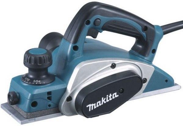 Электрорубанок Makita KP0800KP0800Рубанок Makita KP0800 отличается мощностью, производительностью и простотой использования. Он прекрасно подходит для профессионального конструирования, высококачественной деревообработки, установки дверей и окон. Рубанок Makita KP0800 оснащен двигателем в 6,5 ампер, обеспечивающим большую выходную мощность, с фрезерной головкой на два ножа и скоростью вращения 17000 оборотов в минуту для снятия еще большего слоя древесины и превосходной отделки.Рубанок KP0800 укомплектован двусторонними ножами из карбида вольфрама для большей производительности и может снять за один проход слой древесины шириной 82 мм. и глубиной 2,5 мм.Надежный литой алюминиевый корпус с шаровой опорой разработан для увеличения срока службы инструмента, а выполненная с особой точностью алюминиевая подошва обеспечивает более ровный срез. Рубанок Makita KP0800 имеет хорошую балансировку, а так же прорезиненные переднюю и заднюю рукоятки для еще большего удобства использования. Сбалансированный алюминиевый барабан рубанка разработан с целью снижения вибрации и увеличения срока службы инструмента, а пружинный механизм поднимает подошву для защиты рабочей поверхности от царапин.Дополнительной функцией, упрощающей использование рубанка, является возможность фиксации кнопки включения в рабочем положении для длительной работы, а так же простая система установки лезвий для быстрой замены ножей.Двигатель на 6,5 ампер с увеличенной выходной мощностью для снятия большего слоя древесины и превосходной отделки. Фиксация положения включения для продолжительной работы. Эргономичная балансировка и прорезиненная передняя и задняя рукоятки. Механизм с пружиной, поднимающий подошву, для защиты рабочей поверхности. Толщина среза до 82 мм и глубина 2,5 мм за один проход.
