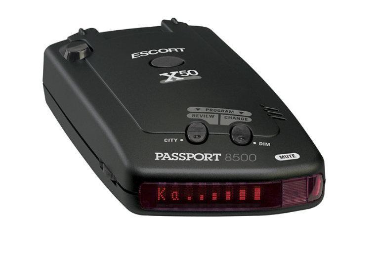 Escort 8500 X50 RU Red радар-детектор8500 X50 Ru RedEscort Passport 8500 X50 RU - радар-детектор, созданный специально для России и стран Европы. Возможность избирательного отключения диапазонов. Выделенные режимы K POP 1, K POP 2 для более совершенной работы на радары ИСКРА и СТРЕЛКА-СТ. Особый сигнал оповещения о радаре Стрелка. Стабильное определение всех типов сигнала, цифровой сканер частот, микропроцессорная обработка сигналов, квантовый приемник, множественные лазерные сенсоры, AlGaAs 280 точечный, матричный дисплей, режимы работы дисплея: Обычный, ExpertMeter , или SpecDisplay , три уровня яркости + режим темноты, SmartCord MuteDisplayвключен в комплект. Данная модель голосового оповещения не имеет.