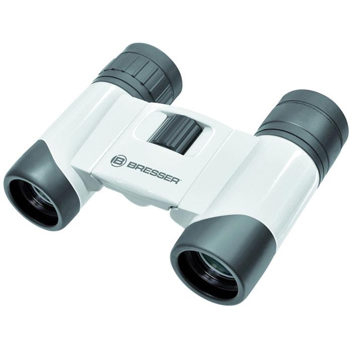 Bresser Eventos 6x18 бинокль66757Складной бинокль Bresser Eventos 6x18 выполнен в прочном алюминиевом корпусе и будет полезен в туристической поездке и на спортивном матче, в театре и на природе. Благодаря небольшому весу и компактным размерам бинокль удобно брать с собой. Качественная просветленная оптика формирует четкое и контрастное изображение, а широкое поле зрения позволяет вести обзорные наблюдения. В оптической схеме используются roof-призмы, благодаря чему бинокль отличается малым размером. Линзы с многослойным просветлением обеспечивают яркую и резкую картинку. Минимальная дистанция фокусировки составляет всего 3 метра, поэтому бинокль можно использовать не только на улице, но и в помещении.