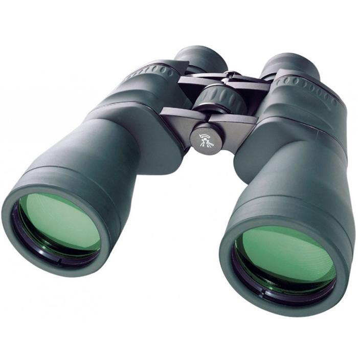 Bresser Spezial-Jagd 11x56 бинокль64651Bresser Spezial-Jagd 11x56 – это отличный полевой бинокль для охотников, рыболовов, туристов. Светосильные объективы диаметром 56 мм строят яркое изображение даже в сумерках. 11-кратное увеличение дает возможность подробно рассмотреть наблюдаемый объект на значительном расстоянии. Линзы бинокля изготовлены из оптического стекла BaK-4 и имеют полное многослойное просветляющее покрытие. Благодаря этому бинокль дает четкое и чистое изображение без аберраций. Диоптрийная корректировка позволяет компенсировать различия в остроте зрения правого и левого глаза. Наглазники бинокля имеют поворотно-выдвижную конструкцию, поэтому вести наблюдения удобно даже в очках. Резинное покрытие корпуса защищает прибор от пыли и обеспечивает надежный захват. Благодаря большому барабану центральной фокусировки наведение на объект можно осуществлять в перчатках.