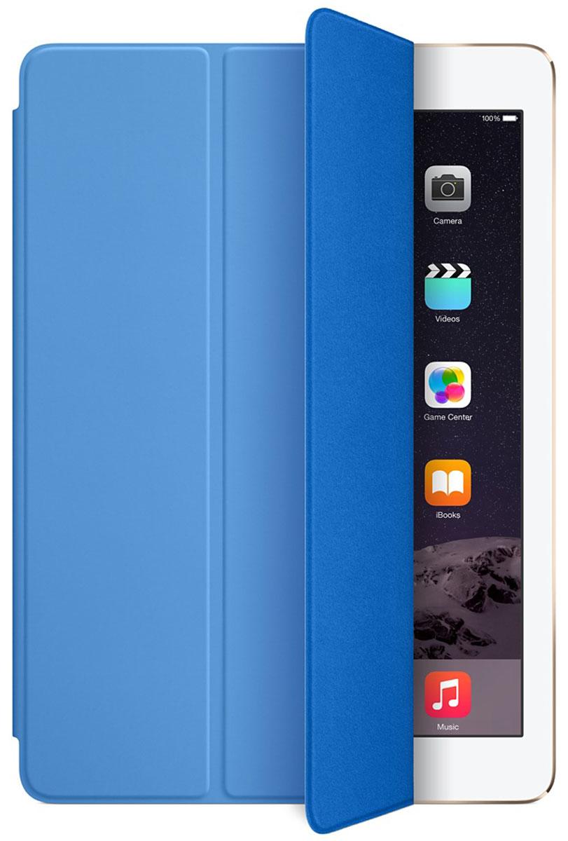 Apple Smart Cover чехол для iPad Air 2, BlueMGTQ2ZM/AЛёгкая и прочная обложка Apple iPad Smart Cover полностью обновлена, чтобы соответствовать дизайну iPad Air 2. Она защищает дисплей планшета, не закрывая заднюю часть алюминиевого корпуса. Обложка изготовлена из мягкого прочного полиуретана и доступна в нескольких ярких цветах. А её мягкая подкладка из микрофибры того же цвета помогает поддерживать экран в чистоте. Крепление обложки идеально прилегает к корпусу планшета, а магниты надёжно удерживают её. При открытии чехла-обложки iPad Air автоматически выходит из режима сна, а при закрытии моментально возвращается в режим сна.Обложка Smart Cover может служить подставкой для набора текста. Сложите её, чтобы установить iPad Air 2 с удобным наклоном. Продуманная конструкция обложки Smart Cover также позволяет сложить её и превратить в идеальную подставку для общения в FaceTime и просмотра фильмов.