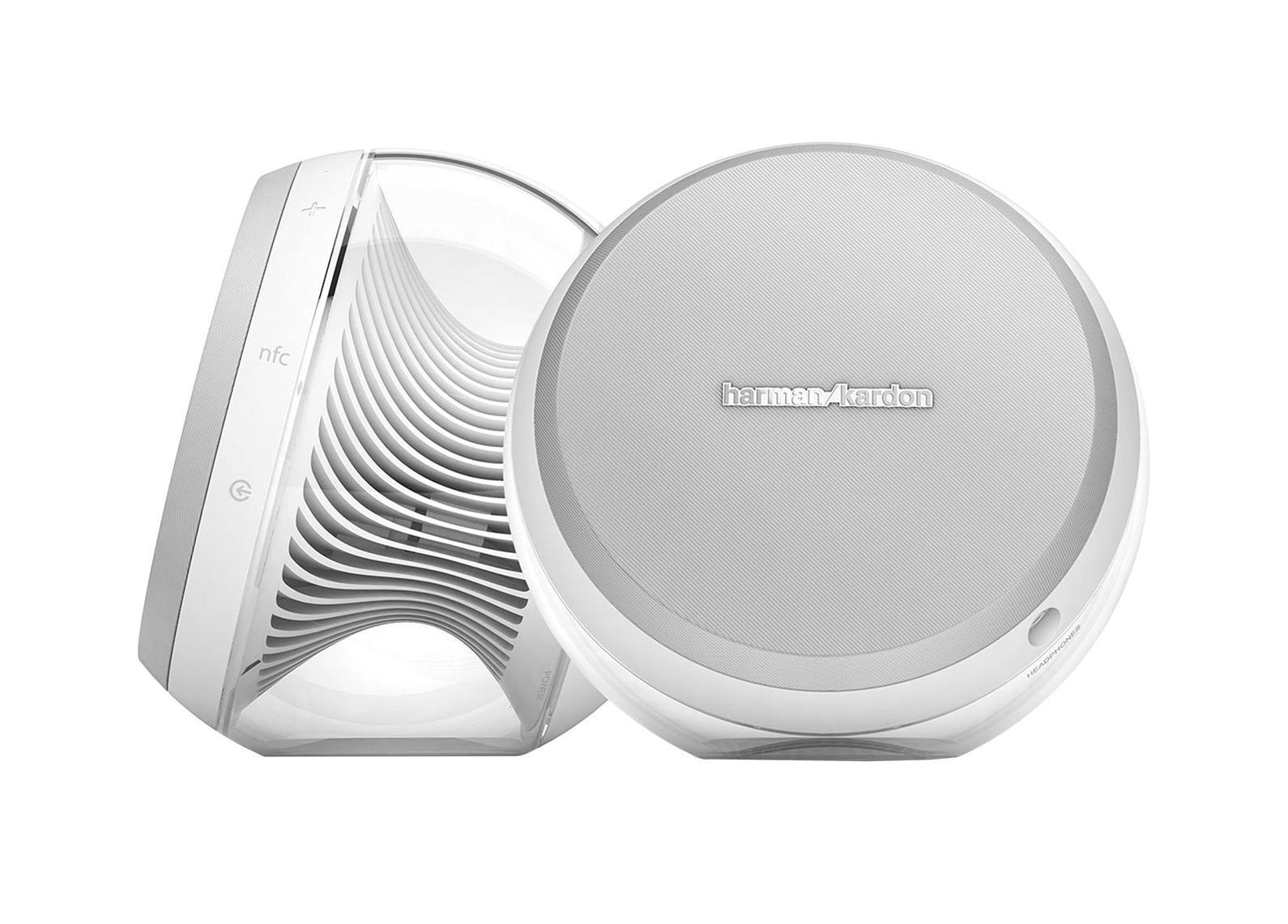 Harman Kardon Nova, White акустическая системаHKNOVAWHTEU WhiteПредставляем Вашему вниманию новейшую разработку от компании Harman Kardon компактная беспроводная акустическая система 2.0 с расширенными басами Nova. Акустическая система выполнена в новом дизайнерском решении, панели из антирезонансного прозрачного пластика, с отличным запасом громкости. 2.5-дюймовые динамики и 1.25-дюймовые твиттеры воспроизводят более богатое, полнодипазонное, и глубокое звучание.Для улучшения глубины звука используется высокоэффективный цифровой усилитель Harman DSP, и пассивный излучатель для расширенных басов. Harman Kardon Nova совмещается со всеми гаджетами посредством аналогового 3,5 мм разъема, а так же может сопрягаться через встроенный модульBluetooth с технологией NFC к любым Bluetooth-совместимым устройствам. В каждой из колонок встроен динамик, твиттер и пассивный сабвуфер. Отдельно стоит отметить поддержку фирменной технологии улучшения звука DSP. Модель выполнена в белом цвете.