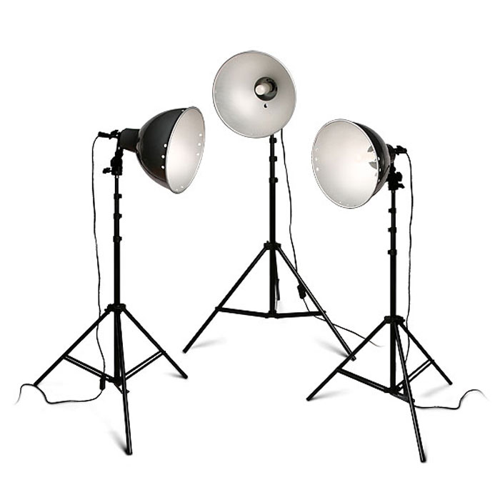 Rekam Light Kit Q-26K3/220 комплект галогенных осветителейQ-26K3/220Комплект Rekam Light Kit Q-26K3/220 рекомендуется для предметной съемки, фотографий на документы, бюстовых портретов. Благодаря несложному управлению, комплект также может служить хорошим учебным оборудованием для фотографов, только начинающих работать с постоянным светом. Легкий вес и небольшие размеры делают комплект очень мобильным и позволяют использовать для выездной или домашней фото- и видеосъемки.В основе комплекта - 3 галогенные не регулируемые по мощности лампы по 250 Вт с цоколем Е-27 и цветовой температурой 3200 °К.Отличительной чертой входящих в комплект осветителей является конструкция крепежного узла патрона, которая позволяет менять угол светового потока и имеет крепление для фото зонта с диаметром «ножки» до 9 мм. Керамические патроны рассчитаны на длительный срок службы при высоких температурах.Легкие и прочные стойки дают возможность легко менять расположение осветителей и выбирать наиболее подходящую схему освещения. Универсальные рефлекторы позволяют устанавливать направление света.