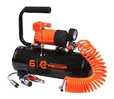 Компрессор Агрессор, металлический, ресивер 6 л, 12В, 180ВтAGR-6LTКомпрессор Агрессор с 6-литровым ресивером (емкостью для сжатого воздуха) предназначен для быстрого накачивания различных шин, а также может использоваться как источник сжатого воздуха для работы с пневматическим оборудованием. Данная модель хорошо подходит для ровной усадки шины на диск при монтаже бескамерных покрышек. Производительность поршневого компрессора составляет 35 л/мин, это позволяет заполнить ресивер сжатым воздухом за 4 минуты. При достижении в ресивере максимально допустимого давления компрессор автоматически отключается и включается, когда давление в емкости начинает снижаться. Подача воздуха в шину или в пневмоинструмент осуществляется непосредственно из ресивера. За счет высокого давления в емкости компрессора накачивание шин происходит максимально быстро. 10-метровый шланг компрессора изготовлен из полиуретана и поэтому не теряет эластичность даже при низких температурах. В пистолет встроены двушкальный манометр и перепускной клапан,...