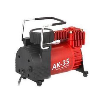 Компрессор автомобильный Autoprofi AK-35, металлический, производительность 35 л/мин, 12В, 150ВтAK-35Компактный компрессор Autoprofi AK-35 обладает производительностью 35 л/мин, благодаря чему способен накачать не только автомобильные шины, но и резиновые матрацы, мячи и прочие надувные изделия. Проверенная конструкция компрессора позволяет гарантировать его надежную работу в течение всего срока эксплуатации. Корпус компрессора изготовлен из коррозиестойкого металла, что повышает эффективность охлаждения изделия во время накачивания. Поршень двигателя оснащен уплотнительным кольцом из гибкого жаропрочного тефлона, которое способствует продолжительной безотказной работе насоса. Для смазки в компрессоре используется инновационное силиконовое масло. Оно сохраняет свои качества в течение всего срока службы изделия и не требует замены или доливки. Питание компрессора может осуществляться как от прикуривателя, так и от аккумулятора автомобиля, к которому он подключается через зажимы АКБ. Встроенный предохранитель защищает электродвигатель от перепадов напряжения и силы тока. ...