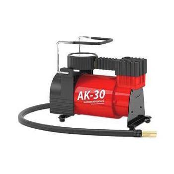 Компрессор автомобильный Autoprofi AK-30, металлический, производительность 30 л/мин, 12В, 120ВтAK-30Несмотря на компактные размеры, компрессор Autoprofi AK-30 обладает производительностью 30 л/мин. Благодаря этому он быстро накачивает автомобильные шины и прочие надувные изделия. Проверенная конструкция компрессора позволяет гарантировать его надежную работу в течение всего срока эксплуатации. Корпус компрессора изготовлен из коррозиестойкого металла, что повышает эффективность охлаждения изделия во время накачивания. Поршень двигателя оснащен уплотнительным кольцом из гибкого жаропрочного тефлона, которое способствует продолжительной безотказной работе насоса. Для смазки в компрессоре используется инновационное силиконовое масло. Оно сохраняет свои качества в течение всего срока службы изделия и не требует замены или доливки. Питание компрессора может осуществляться как от прикуривателя, так и от аккумулятора автомобиля, к которому он подключается через зажимы АКБ. Встроенный предохранитель защищает электродвигатель от перепадов напряжения и силы тока. Без...