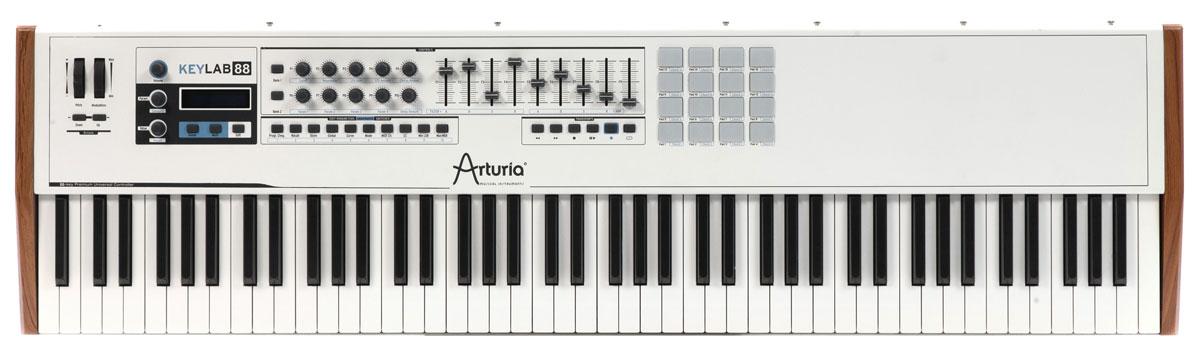Arturia KeyLab 88 MIDI-клавиатураKeyLab 88Arturia KeyLab 88 представляет новейшее поколение профессиональных MIDI-клавиатур от известного во всем мире бренда. Данная модель создана специально для профессиональной аудитории, традиционно бескомпромиссной в своих требованиях к рабочим инструментам В клавиатуре Arturia KeyLab 88 применена, пожалуй, лучшая на сегодня молоточковая механика Fatar, которая способна предложить все необходимое для максимально комфортного исполнения музыкальных партий любой сложности. Клавиши полноразмерные, с поддержкой эффекта послекасания.Arturia KeyLab 88 среди стандартных разъемов имеет специальную розетку для подключения духового контроллера. Боковые панели корпуса устройства - деревянные, остальной корпус выполнен из жесткого листового алюминия. Сборка вызывает только позитивные эмоции. В комплекте с клавиатурой предлагается программный пакет Analog Lab с 5000 пресетов аналоговых синтезаторов. ПО полностью совместимо с Windows 7-8 и Mac OS X 10.6 и выше.
