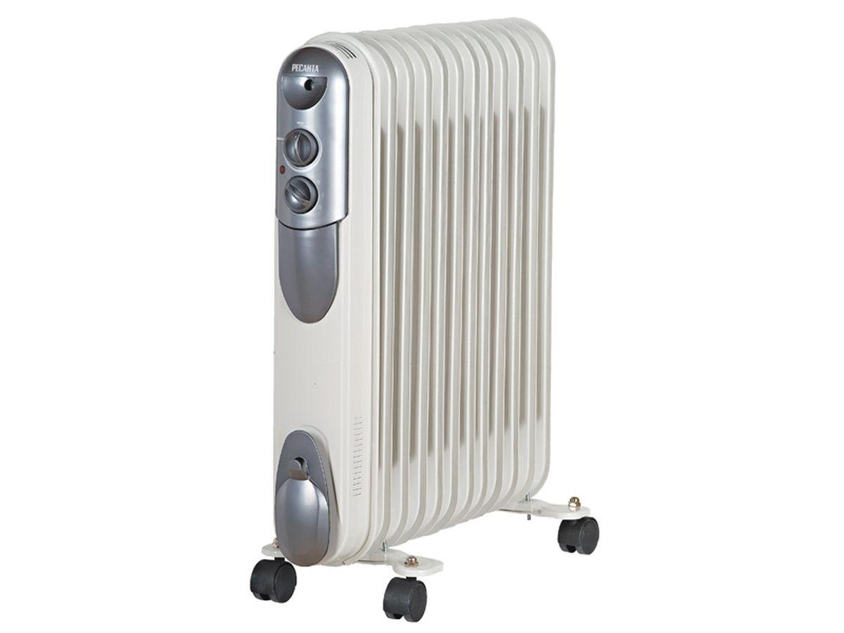 Ресанта ОМПТ-12Н (2,5 кВт) напольный радиатор67/3/5Масляный радиатор Ресанта ОМПТ-12Н имеет мощность 2.5 кВт и предназначен для отопления помещений с площадью до 25 м2. Этот бытовой электроприбор работает от сети с напряжением 220 В. Данный масляный радиатор имеет самую высокую мощность среди модельного ряда Ресанта ОМПТ. Настройка прибора производится при помощи удобных ручек, а световой индикатор позволяет контролировать его рабочее состояние. Для удобства перемещения обогреватель оснащен колесами.