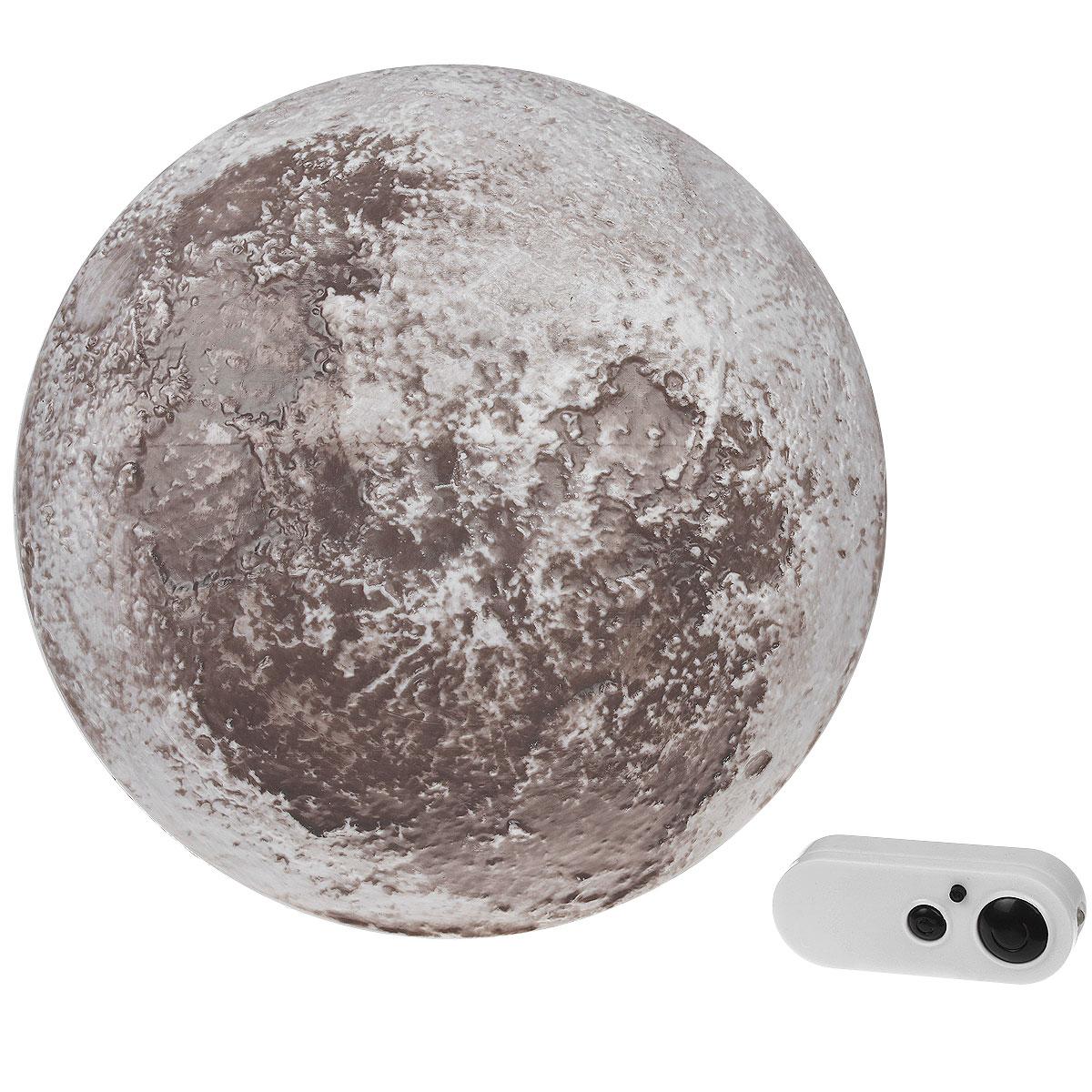 """Засыпайте под мягкий серебристый свет луны даже в самую плохую погоду с высокотехнологичным ночником """"Лунный свет"""". Для ребенка интересная лампа станет увлекательным пособием - дизайнеры позаботились о том, чтобы воссоздать поверхность луны. Ребенок не только сможет потрогать лунные кратеры, но и наблюдать за тем, как сменяются различные фазы небесного тела, не вставая с кровати. Интенсивность освещения можно контролировать с помощью дистанционного управления или просто выставить один из четырех заранее запрограммированных режима работы. Если в детской спальне луна служит для образовательных целей, то в родительской оригинальный ночник создаст романтическую атмосферу и быстро настроит на отдых."""