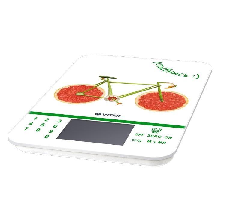Vitek VT-2413(W) весы кухонныеVT-2413(W)Сегодня особенно актуально вести здоровый образ жизни, в чем первостепенную роль играет сбалансированное питание. Легко соблюдать точную рецептуру, пропорции блюд, а также определить пищевую ценность продуктов позволят уникальные кухонные весы VT- 2413 W. Благодаря стильному и компактному устройству с ярким принтом вы не только украсите кухню, но и сможете соблюдать рецептуру сложных блюд, определять вес как твердых, так и жидких продуктов. Так, вы результат вы получите в граммах, миллилитрах, фунтах и унциях.Но главное преимущество данной модели в способности определять пищевую ценность продуктов (то есть их химический состав и полноту пользы продуктов для вашего организма) в 7 измерениях. Например, вы сможете узнать количество калорий, процент натрия, белков, жиров, углеводов и клетчатки. Важно, что в весах предусмотрена информация о пищевой ценности 999 продуктов! Это особенно полезно, если вы тщательно следите за здоровьем всей своей семьи. Одновременно с этим весы оснащены функцией «Тара»: вы легко определите вес продукта, даже если он взвешивается в емкости. Весы VT-2413 W позволяют взвешивать продукты до 5 кг, и если предел превышен, вас оповестит специальный индикатор.