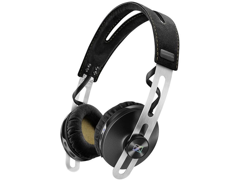 Sennheiser Momentum 2.0 On-Ear BT, Black наушники506252Откройте второе поколение семейства MOMENTUM: Все новые гарнитуры второго поколения MOMENTUM и MOMENTUM On-Ear представляют повышенный комфорт, имеют складное оголовье для лучшей мобильности и, впервые, представлена беспроводная версия с активной защитой от шума для окончательной свободы, чтобы познать превосходный звук с непринужденным стилемНовые беспроводные модели MOMENTUM Wireless и MOMENTUM On-Ear Wireless поддерживают технологию NFC, что позволяет легко выполнить сопряжение «по касанию» с мобильными устройствами и быстро установить соединение для высококачественной Bluetooth передачи звука. Также в беспроводную версию включена гибридная система NoiseGard и технология активной защиты от шума, что обеспечивает идеальное звучание даже в самых шумных условиях. Мощная встроенная батарея гарантирует 22 часа использования. Это идеальные наушники для превосходного звучания на ходуБлагодаря новой гибридной системе NoiseGard активной защиты от шума, функционирующей на беспроводных наушниках, и улучшенной посадке всех моделей, второе поколение MOMENTUM и MOMENTUM On-Ear ставит отличительный звук Sennheiser в центр внимания.