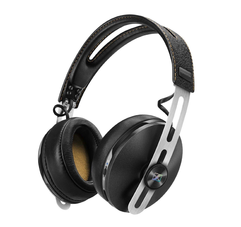 Sennheiser Momentum 2.0 Around-Ear BT, Black наушники506250Откройте второе поколение семейства MOMENTUM: Все новые гарнитуры второго поколения MOMENTUM и MOMENTUM On-Ear представляют повышенный комфорт, имеют складное оголовье для лучшей мобильности и, впервые, представлена беспроводная версия с активной защитой от шума для окончательной свободы, чтобы познать превосходный звук с непринужденным стилемНовые беспроводные модели MOMENTUM Wireless и MOMENTUM On-Ear Wireless поддерживают технологию NFC, что позволяет легко выполнить сопряжение «по касанию» с мобильными устройствами и быстро установить соединение для высококачественной Bluetooth передачи звука. Также в беспроводную версию включена гибридная система NoiseGard и технология активной защиты от шума, что обеспечивает идеальное звучание даже в самых шумных условиях. Мощная встроенная батарея гарантирует 22 часа использования. Это идеальные наушники для превосходного звучания на ходуБлагодаря новой гибридной системе NoiseGard активной защиты от шума, функционирующей на беспроводных наушниках, и улучшенной посадке всех моделей, второе поколение MOMENTUM и MOMENTUM On-Ear ставит отличительный звук Sennheiser в центр внимания.
