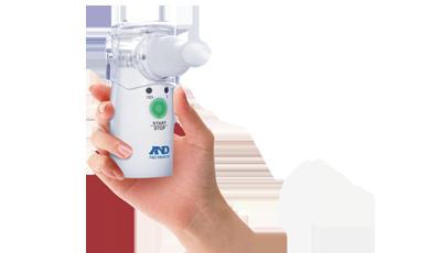 Ингалятор ультразвуковой с MESH технологией AND UN-233AC-M6042049Ультразвуковой ингалятор AND UN-233AC-M, работающий по инновационной МЕШ технологии, оснащен сетевым адаптером и маской для ингаляций. Компактность и легкость ультразвукового ингалятора сочетается с современной МЕШ-технологией. Аэрозоль данный прибор образует путем «продавливания» жидкого препарата сквозь микроскопические отверстия, расположенные в вибрирующей мембране (использование vibrating mesh technology – технология вибрирующей сетки). Низкая вибрация (всего 120 кГц) не разрушает лекарственный препарат. Прибор может работать как от пальчиковых батареек, так и от сетевого адаптера (есть в комплектации). Ингалятор занимает мало места (очень компактный) и обладает легким весом, поэтому его можно брать с собой на работу или в поездку.Экономично расходует лекарственные препараты и эффективно их доставляет в очаги заболеванийКомпактность, небольшой вес и возможность работы от батареек позволяет брать ингалятор с собой в любой ситуации. Он свободно умещается в сумочкеПрибор прост и удобен в обращении. Управляется всего одной кнопкой. Интуитивно понятен абсолютно всемБесшумность прибора делает проведение процедуры ингаляции более приятной, а дети не пугаются шумаВозможность проводить ингаляции под любым углом в течение 10 секунд позволяет избежать нарушения распыления аэрозоля при нечаянном наклоне