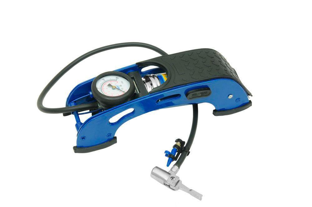 Насос ножной с манометром Kraft(1 цилиндр) с простой сумкой. КТ 810000КТ 810000Ножной насос предназначен для накачивания автомобильных, мотоциклетных и велосипедных шин. В комплекте также предусмотрены насадки-переходники для накачивания надувных лодок, мячей, матрацев и т.п. Ножные насосы KRAFT выгодно отличаются от своих конкурентов, так как удачно сочетают в себе привлекательный современный дизайн и уникальные технические характеристики, позволяющие добиться желаемого результата с меньшими усилиями.