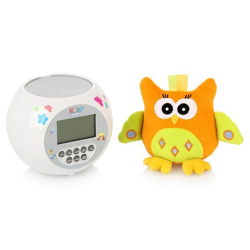ROXY-KIDS Игрушка-проектор звездного неба OLLY с совойR-AC299Игрушка и ночник-проектор звездного неба OLLY.Функции проектора:проекция звездного неба, встроенные колыбельные мелодии (10 штук), световые эффекты, контрастные звезды, 3 уровня громкости.Специальные функции:часы, будильник, таймер, календарь, температура окружающего воздуха, подсветка дисплея в ночное время суток.Помогает малышам сладко заснуть, развивает зрительное восприятие, формирует музыкальный слух. Мягкая игрушка для малышей развивает тактильные и зрительные ощущения.Игрушка-проектор звездного неба OLLY с совой - чудесный прибор, который создаст в детской волшебную, умиротворяющую атмосферу. Теперь ваш ребенок будет засыпать быстрее и спать спокойнее, завороженный мягким сиянием звездного неба и расслабляющей музыкой.Цвет звезд, озаряющих стены и потолок детской, незаметно изменяется во время работы проектора, и эти переливы сопровождают плавно сменяющиеся колыбельные мелодии. Вы сможете подобрать наиболее комфортный для малыша уровень громкости, выбрав один из трех режимов, так что кроха уснет, убаюканный успокаивающим музыкальным фоном.Проектор оснащен дополнительными функциями, которые помогут маме следить за обстановкой в комнате - на удобном дисплее с подсветкой отображается время, дата, температура воздуха, а при необходимости можно выставить таймер и будильник.Рядом с проецирующим устройством сидит забавный персонаж - яркая сова, играя с которой малыш будет совершенствовать моторику рук и визуальное восприятие.Проектор и игрушка выполнены из качественных и безопасных материалов.