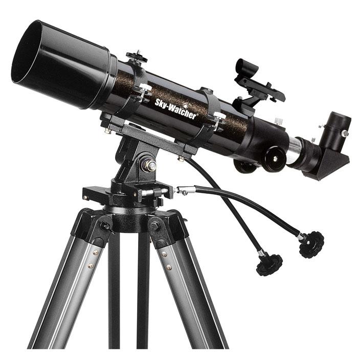 Sky-Watcher BK 705AZ3 телескопBK 705AZ3Sky-Watcher BK 705AZ3 – это короткофокусный линзовый телескоп для изучения объектов Солнечной системы и наземных наблюдений. Благодаря прекрасной просветленной оптике, выверенной механике и простому управлению эта модель станет идеальным подарком начинающему астроному. Телескоп отличается компактными размерами и малым весом, поэтому его удобно брать с собой за город.В конструкции объектива используются два элемента с полным многослойным просветлением оптических поверхностей. Телескоп дает четкое, резкое и хорошо детализированное изображение по всему полю зрения. Хроматические аберрации при этом минимизированы. Диаметр объектива составляет 70 мм – этого достаточно, чтобы увидеть фазы Венеры, кратеры на поверхности Луны, пояса Юпитера, галилеевские спутники, кольца Сатурна, Уран и Нептун в виде звезд и множество других небесных тел.Для быстрого поиска объектов используется искатель с красной точкой.Телескоп комплектуется двумя окулярами. Окуляр с фокусным расстоянием 25 мм рекомендуется для изучения наземных объектов и обзорных астрономических наблюдений. Окуляр 10 мм позволяет рассмотреть небесные тела при большем увеличении.Для фиксации оптической трубы используются крепежные кольца – это позволяет собрать телескоп быстро и без дополнительных инструментов. Благодаря выверенной механике перемещение трубы происходит плавно, без рывков. Азимутальная монтировка AZ3 снабжена механизмами тонких движений по обеим осям. Гибкие ручки обеспечивают удобное управление.