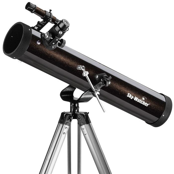 Sky-Watcher BK 767AZ1 телескопBK 767AZ1Телескоп Sky-Watcher BK 767AZ1 – это качественный и простой в управлении рефлектор начального уровня. Эта модель идеальна для загородных наблюдений, однако его можно использовать и в городе. С помощью этого телескопа можно увидеть двойные звезды с разделением более 2 (например, Альбирео или Мицар), тусклые звезды до 11,5 звездной величины, крупные шаровые и рассеянные скопления и многое другое!Зеркальный телескоп дает яркое изображение, полностью свободное от хроматических аберраций.Данная модель комплектуется двумя окулярами: 25 мм и 10 мм. Начинать наблюдения лучше всего с окуляра с большим фокусным расстоянием, поскольку он обеспечивает лучший обзор.Оптическая труба устанавливается на азимутальную монтировку. Монтировка позволяет перемещать телескоп по горизонтали и вертикали. Алюминиевая тренога снабжена лотком для аксессуаров. Высота треноги регулируется.
