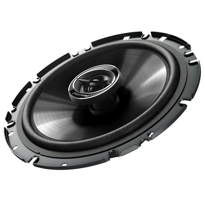 Pioneer TS-G1732I колонки автомобильныеTS-G1732IАвтомобильные колонки Pioneer TS-G1732I разработаны для мощного звука премиум класса, с прекрасным соотношением цены и качества. В их прочной конструкции предусмотрено несколько крепежных отверстий, что облегчает установку в автомобиль. Благодаря возможности работы с большей мощностью и высокойчувствительности , эти колонки могут воспроизводить глубокие, эффектные басы и естественные звук на высоких частотах – даже на высоком уровне громкости.Высококачественная диафрагма громкоговорителя из литого полипропилена с медным кольцом (IMPP) еще больше увеличивает частотный диапазон. Кроме того, медное кольцо минимизирует вихревые токи, а прочная диафрагма может воспроизводить тяжелые басы.Исключительно прочная, но легкая конструкция автомобильных колонок не только прекрасно звучит, но и замечательно выглядит. Кроме того, теперь их стало гораздо легче установить в самых разных автомобилях. Специальная сетка защищает Pioneer TS-G1732I от пыли.