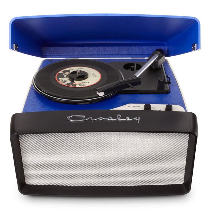 Crosley Collegiate ретро-проигрыватель, Blue (CR6010A)CR6010A-BLПочувствуйте настоящийкруиз-контроль в прослушивании Вашей музыкальной коллекции с ретро-проигрывателем Crosley Collegiate. Этот трехскоростной проигрыватель в стиле ретро выполнен в автомобильном стиле. Стерео динамики размещены за передней накладкой, имитирующей решетку радиатора. Проигрыватель легко транспортируется и позволяет Вам наслаждаться любимой музыкой в любом месте, где Вы захотите. Подключите устройство к компьютеру через порт USB и используя прилагаемое программное обеспечение, сохраните свои записи на электронных носителях.Мощность динамиков: 5 ВтПластинки: 7, 10, 12Алмазная игла