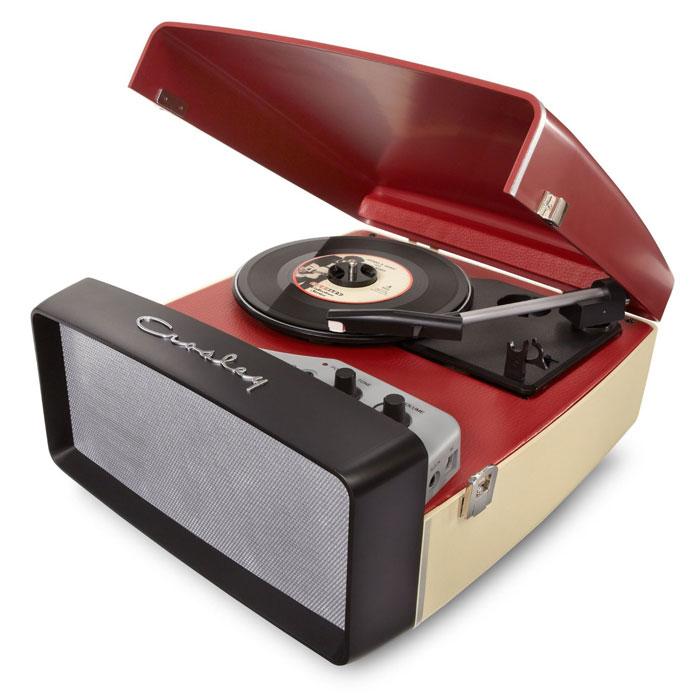 Crosley Collegiate ретро-проигрыватель, Red (CR6010A)CR6010A-REПочувствуйте настоящийкруиз-контроль в прослушивании Вашей музыкальной коллекции с ретро-проигрывателем Crosley Collegiate. Этот трехскоростной проигрыватель в стиле ретро выполнен в автомобильном стиле. Стерео динамики размещены за передней накладкой, имитирующей решетку радиатора. Проигрыватель легко транспортируется и позволяет Вам наслаждаться любимой музыкой в любом месте, где Вы захотите. Подключите устройство к компьютеру через порт USB и используя прилагаемое программное обеспечение, сохраните свои записи на электронных носителях.Мощность динамиков: 5 ВтПластинки: 7, 10, 12Алмазная игла