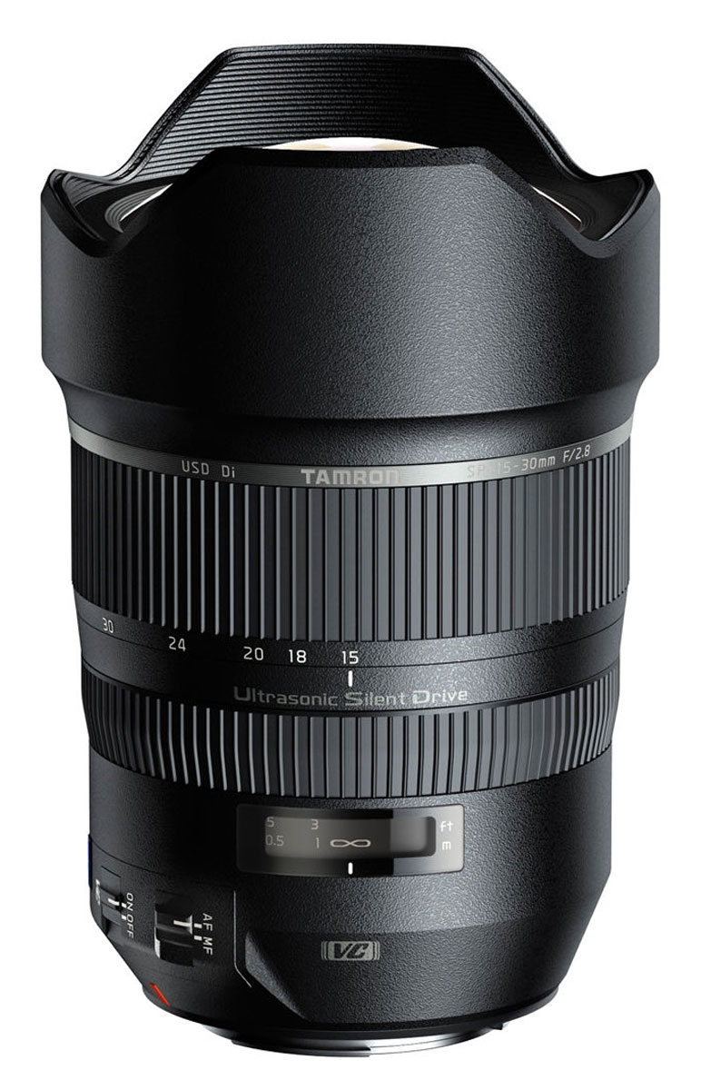 Tamron SP 15–30 mm F/2.8 Di VC USD, Nikon объективA012NНовый сверхширокоугольный светосильный объектив Tamron SP 15–30 mm F/2.8 Di VC USD для полнокадровых камер стал прекрасным дополнением для линейки профессиональных объективов TamronSP (SuperPerformance), выводящий ее на новый уровень высочайших стандартов. Благодаря применению уникального оптического элемента XGM (eXpanded Glass Molded Aspherical), новый сверхширокоугольный зум позволяет получать снимки такого же качества, какое достижимо при использовании объективов с фиксированным фокусным расстоянием.Сочетание линзы большого диаметра XGM (eXpanded Glass Molded Aspherical) с несколькими оптическими элементами, имеющими низкий коэффициент рассеяния (LD) в первой группе элементов (всего объектив имеет 18 оптических элементов в 13 группах) эффеквно подавляет дисторсии и хроматические аберрации, характерные для сверхширокоугольной оптики.Усовершенствованное антибликовое покрытие BBAR (Broad-Band Anti-Reflection) было специально обновлено для сверхшироких углов зрения. В сочетании с запатентованным покрытием eBAND (Extended Bandwidth & Angular-Dependency), подавляющим переотражения в оптической системе, эти покрытия позволяют устранить блики и паразитные контуры, обеспечивая потрясающе четкие изображения.Благодаря максимальному диафрагменному числу F/2.8, этот объектив способен создавать великолепный эффект боке. Его также можно использовать для широкоугольной макросъемки, ведь минимальная дистанция фокусировки составляет лишь 0,28 м от матрицы фотоаппарата. Влагозащищенная конструкция объектива позволяет проводить съемку в плохую погоду.