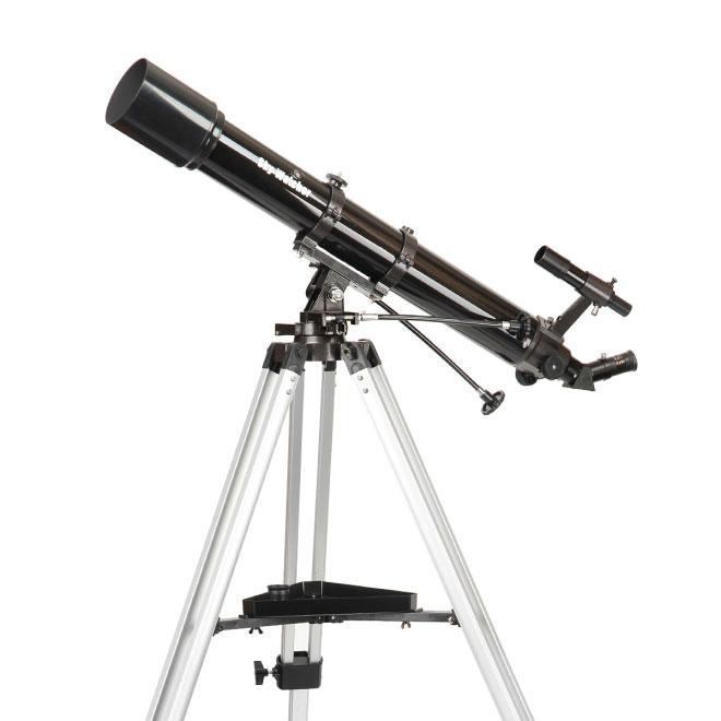 Sky-Watcher BK 909AZ3 телескопBK 909AZ3Качественный и надежный ахроматический рефрактор Sky-Watcher BK 909AZ3 идеален для изучения объектов Солнечной системы. Благодаря просветленной оптике телескоп дает контрастное изображение с высокой детализацией. Труба устанавливается на азимутальную монтировку, поэтому эта модель оптимальна для визуальных наблюдений. Телескоп отличается простым и удобным управлением.90-миллиметровый объектив собирает на 65 % больше света, чем модели с апертурой 70 мм. Эта модель представляет собой ахромат, поэтому картинка получается четкой и практически свободной от хроматических аберраций. На оптические поверхности нанесено многослойное просветляющее покрытие, значительно повышающее коэффициент светопропускания линз.Реечный фокусер позволяет точно настраивать резкость. В комплект входят окуляры 25 мм и 10 мм. Начинать наблюдения лучше с длиннофокусного окуляра. Окуляр с меньшим фокусным расстоянием используется для детального изучения выбранных объектов.Бленда предотвращает появление росы на линзе объектива, а также защищает изображение от засветок.Азимутальная монтировка AZ3 позволяет перемещать трубу по высоте и азимуту. По обеим осям есть механизмы тонких движений с удобными ручками управления. Труба перемещается плавно, без рывков. Тренога поставляется в уже собранном виде, поэтому вы сможете быстро подготовить телескоп к работе.