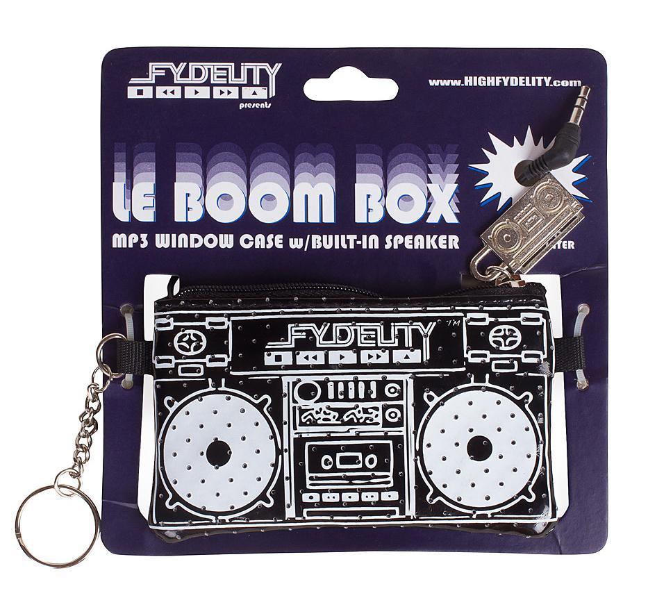 Мини Сумка FYDELITYLe Boom Box, цвет: черный87031Fydelity Le Boom Box представляет собой стильный компактный стерео-динамик для вашего мультимедийного девайса. Этот аксессуар произведет приятное впечатление, где бы вы не находились. Порт типа стерео джек 3,5 мм дает возможность подключать самые разнообразные гаджеты: от обыкновенных MP3-плеров до современных смартфонов. Для того, чтобы начать прослушивать музыку достаточно просто подключить девайс к сумке Le Boom Box через стерео джек. Наличие такой сумочки поднимет настроение вам и окружающим, а оригинальный дизайн только усилит интерес людей.