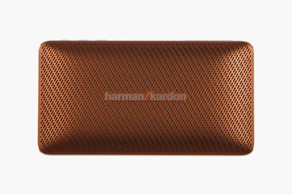 Harman Kardon Esquire Mini, Brown портативная акустическая системаHKESQUIREMINIBRNEUУникальный дизайн. Превосходный звук. БескомпромиссноHarman Kardon Esquire Mini воплощает изысканность и мобильность в элегантном алюминиевом корпусе с отделкой из натуральной кожи. В дизайне сделан акцент на знаменитый знак «/», используемый в логотипе премиального бренда: его повторяет узор на керамическом гриле и хромированная вставка на обратной стороне, которая также может служить подставкой. Использование материалов наивысшего качества по праву позволяет считать Esquire Mini престижным аксессуаром путешественника. Узнаваемый стереозвук Harman Kardon обеспечивают два высококачественных динамика номинальной мощностью 4 Вт каждый, с диапазоном воспроизводимых частот от 180 Гц до 20 кГц. Фазоинвертор увеличивает интенсивность низких частот. По глубине, мощности и чистоте воспроизведения это сверхкомпактное устройство претендует на лучший звук в своем классеНесмотря на небольшие размеры корпуса, новинка удивляет широким функционалом. Благодаря интерфейсу Bluetooth, двум встроенным микрофонам и фирменной системе шумо- и эхоподавления SoundClear, Esquire Mini является отличным решением не только для прослушивания музыки, но и для организации конференц-связи.Элегантная и портативная акустическая системаНатуральная кожа, полированный алюминий, керамика - все это чтобы создать шедевр в мире портативности. Это аксессуар, который способен говорить сам за себя - в буквальном смысле.Тонкий корпусHarman Kardon Esquire Mini является одновременно тонким и прочным. Акустическую систему очень удобно брать с собой в путешествия или поездки. Благодаря тонкому корпусу Esquire Mini поместится в любую сумочку или карман.Беспроводной звук высочайшего качества от Harman KardonHarman Kardon Esquire Mini предлагает наилучшее качество звука в своей категории. Мощный звук в компактном корпусе? Это как раз то, чем славится Harman Kardon.Поддержка беспроводной технологии BluetoothСлушайте музыку без проводов.