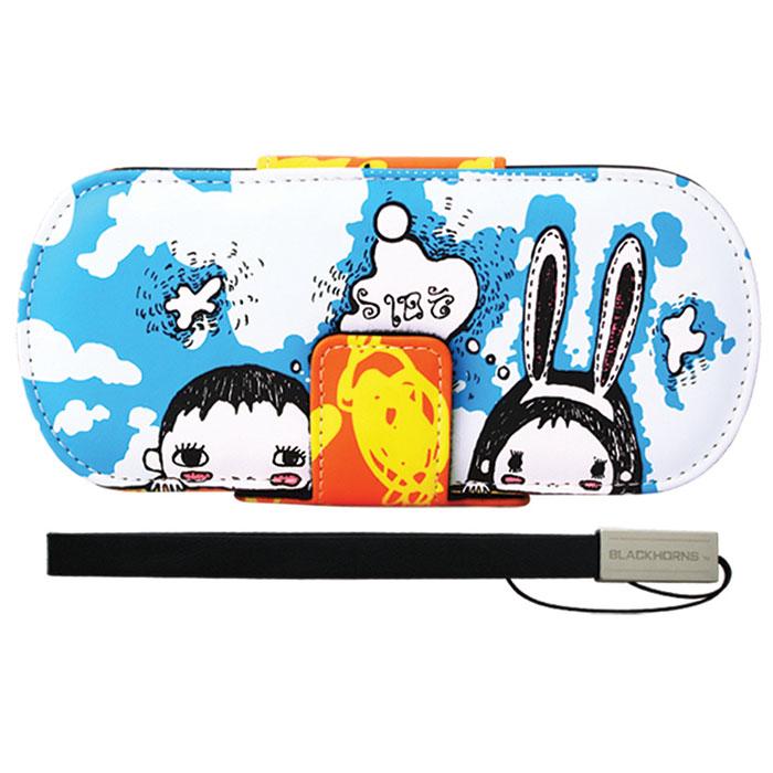 Защитный чехол Free-Style Black Horns для Sony PSP 2000/3000 (N05 Детки)BH-PSP02208(R)Защитный чехол Free-Style Black Horns для Sony PSP 2000/3000 обеспечит сохранность вашей игровой приставки. Оригинальный графический дизайн Free-Style - совершенное сочетание инноваций и традиционного подхода, эффектно подчеркнет вашу индивидуальность. Внутренняя поверхность чехла для PSP выполнена из мягкого текстиля, не царапающего лицевую панель PSP. Специально разработанная для PSP 2000/3000 система внутренних креплений защитит Вашу консоль от потертостей, повреждений и падений. Система внутренних креплений позволяет открыть/закрыть UMD-привод не вынимая приставку из чехла. Специальные крепления внутри чехла надежно фиксируют PSP, обеспечивая свободный доступ ко всем кнопкам управления, USB-порту, Wi-Fi и UMD-приводу. Чехол можно использовать в качестве подставки при просмотре фильмов, картинок или при прослушивании музыки. На задней части чехла расположены два кармашка под карточки памяти. Чехол оснащен удобной и надежной магнитной застежкой, а также стильным и практичным ремешком на руку, выполненным из высококачественных материалов.