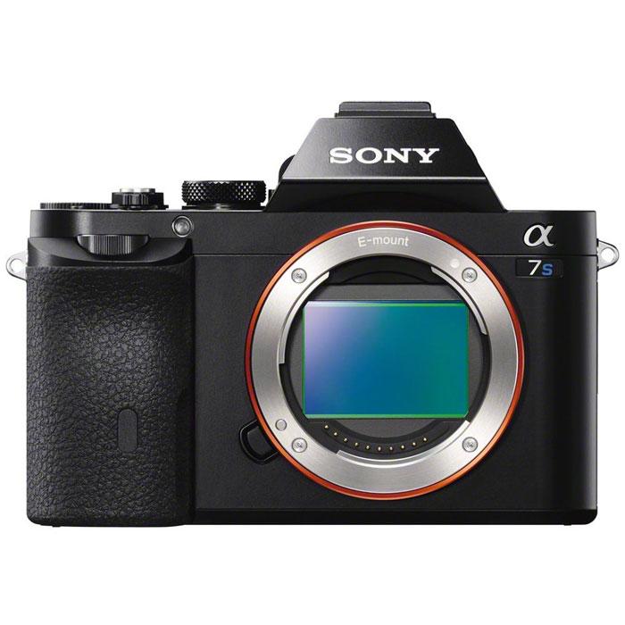 Sony Alpha A7S Body, Black цифровая фотокамераILCE7SB.CECSony Alpha A7S - компактная полнокадровая камера со сменными объективами.Крупная 35-миллиметровая полнокадровая матрица имеет в 50 раз большую площадь поверхности, чем матрица обычной компактной камеры. Большая площадь поверхности гарантирует значительно улучшенную светочувствительность при съемке в условиях недостаточной освещенности и позволяет уверенно контролировать глубину резкости. В сочетании с превосходной оптикой полнокадровая матрица Sony идеальна для творческой и профессиональной фотографии, а также для съемки пейзажей. Расширьте свои возможности фото- и видеосъемки благодаря сверхвысокой светочувствительности ISO от 50 до 409600 при фотосъемке и от 100 до 409600 при видеосъемке. Высокая светочувствительность ISO позволяет вести съемку без вспышки и избежать, таким образом, неестественного освещения, или увеличивать скорость затвора (чтобы «заморозить» движение) даже при слабом освещении, что идеально для съемки спортивных событий в пасмурный день.Sony разработала выдающийся процессор BIONZ(tm) X, обеспечивающий еще большую детализацию, реалистичность снимков и градацию оттенков, а также низкий уровень шумов как для фотографий, так и для видео. Для съемки роликов в наилучшем качестве вы можете использовать формат XAVC S с высоким битрейтом, который используется профессиональными операторами в кино и на телевидении в целях удобного редактирования и выбора размера файлов с применением интеллектуального сжатия данных. Снимайте и контролируйте съемку видео без сжатия благодаря прямому выводу по HDMI. В этой камере присутствует уникальная технология цветокоррекции S-Log2, представленная в профессиональном видеооборудовании. Предустановленные параметры изображения, незаменимые для профессионалов, которым необходимы широкие возможности финишной обработки.Просматривайте настройки и эффекты камеры в реальном времени даже при использовании видоискателя. В отличие от оптических видоискателей здесь вы можете ко