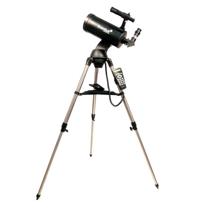 """Levenhuk SkyMatic 105 GT MAK телескоп с автонаведением18116Levenhuk SkyMatic 105 GT MAK – телескоп с автонаведением, который обладает компактным размером и сравнительно небольшим весом, но при этом дающий изображение высокого качества. Компактность конструкции достигнута благодаря использованию оптической схемы Максутова-Кассегрена. Большое фокусное расстояние и 102-мм апертура особенно пригодятся наблюдателям планет и Луны, впрочем, и наблюдения далеких компактных туманностей и шаровые скоплений тоже не разочаруют. Благодаря монтировке, оснащенной приводами обеих осей, становится доступной астрофотография с короткими выдержками – зеркальная фотокамера или даже обычная веб-камера смогут показать панораму лунной поверхности или наиболее заметные детали на диске Юпитера, кольцо Сатурна, фазу Венеры. А главное – находить объекты телескоп будет сам, по команде наблюдателя.Азимутальная монтировка с автонаведением очень проста в управлении, которое осуществляется с помощью ручного пульта с системой SynScan AZ. Наведение на интересующие объекты звездного неба не требуют никаких специальных знаний и опыта - телескоп все делает сам. В базе контроллера содержится информация о координатах и основных свойствах более чем 42 тыс. объектов.Телескоп также можно подключить к персональному компьютеру (кабель в комплекте), и управлять им с помощью распространенных программ-планетариев. С телескопом поставляются 2 окуляра, имеющие фокусные расстояния 10 мм и 25 мм, и дающие с телескопом увеличение 130x и 52x. Линзы окуляров изготовлены из стекла и имеют многослойное просветление. Фокусировка осуществляется подвижкой главного зеркала, ход фокусера плавный и точный. Посадочный диаметр под окуляры стандарта 1,25"""" (31,75 мм) позволяет использовать с телескопом множество других, имеющихся на рынке, окуляров, помимо входящих в комплект. С их помощью увеличение телескопа может быть поднято до полезного предела в 200 крат."""