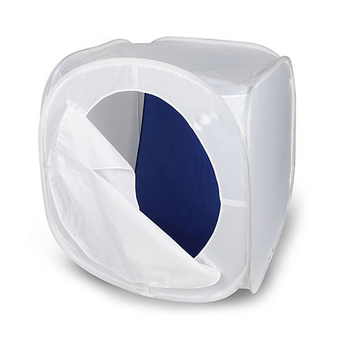 Rekam LCS-50 съемочный короб (50 х 50 х 50 см)LCS-50Rekam LCS-50 - это бестеневой лайт-куб для предметной съемки. Изолируя предмет съемки со всех сторон, лайт-куб позволяет максимально избавиться от нежелательных теней и бликов. Он изготовлен из полупрозрачного материала белого цвета, обладающего жаростойкими свойствами. Самораскладывающаяся конструкция позволяет установить и убрать лайт-куб за считанные секунды. Комплект включает удобный чехол, позволяющий компактно сложить куб, и четыре дополнительных матерчатых фона на липучках – белый, синий, красный и черный.