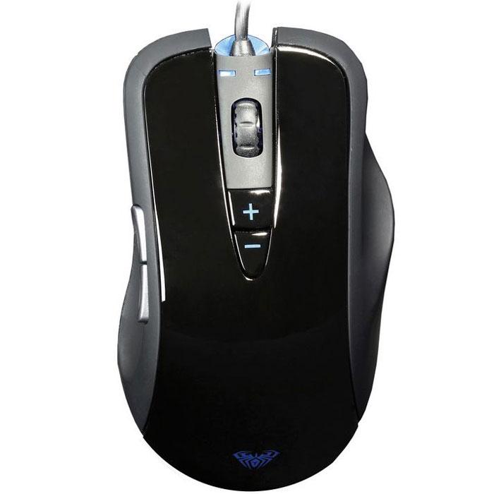 SmartBuy SBM-703G-K, Black проводная игровая мышьSBM-703G-KФорма мыши SmartBuy SBM-703G-K спроектирована для максимального комфорта при использовании всех преобладающих на сегодняшний день среди геймеров способов захвата. На корпусе расположено 7 кнопок с высококачественными контактами профессионального геймерского уровня, а нескользящее покрытие улучшает управление мышкой во время интенсивных игровых сессий. Функция plug-and-play позволяет геймеру участвовать в выездных турнирах без необходимости устанавливать программное обеспечение.Проводная оптическая мышь с точным позиционированием курсора и инфракрасным сигналом сенсораЭргономичный дизайн и удобный захватНажатие левой/правой/средней клавиш одновременно в течение более 5 сек.: переключение 500/1000 ГцНе требуются драйверы, включай и играйВстроенная система грузов: 16,5 +/- 2 г