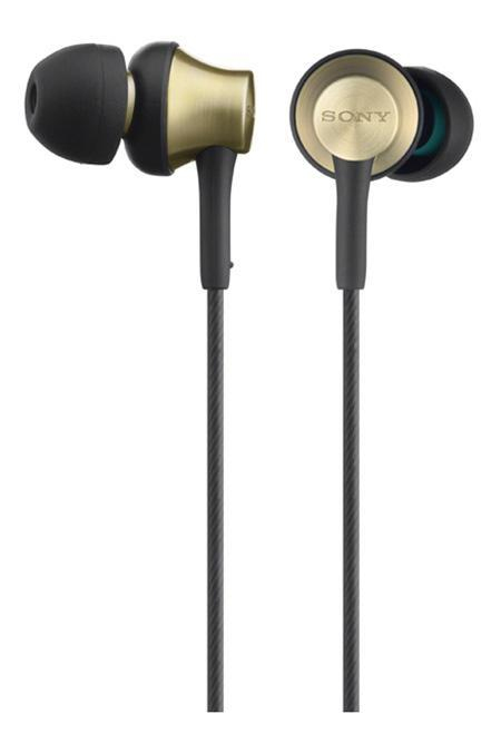 Sony MDR-EX650AP, Gold наушникиMDREX650APT.CE7Чистота звучания, меньше вибраций Применение латунного сплава для ровного звучания и меньшего резонанса. Четкое и ровное звучание каждой ноты без нежелательных вибраций.Корпус наушниковMDR-EX650APT выполнен из цельной латуни, что сокращает искажения звука и обеспечивает ровное звучание. Новые вкладыши скошенной конструкции надежно и незаметно держатся в ухе. Мощная мембрана небольшого диаметра. Невероятная четкость звучания каждой ноты при компактной и высокочувствительной мембране. Широкая частотная характеристика. Глубокие низкие басы и яркие высокие ноты благодаря расширенному звуковому диапазону. Минимум искажений благодаря латунному сплаву. Латунь имеет схожие характеристики плотности со сталью, при этом отлично гаситнежелательные вибрации и обеспечивает ровное звучание. Латунный корпус этих наушников обеспечивает низкий резонанс в сравнении с характеристиками традиционныхматериалов. Чистое ровное звучание. В результате поисков более ровного звука и более чистого звучания высоких частотв этих наушниках были использованы удлиненные звуководы из сплава меди и цинка свнутренним диаметром на 15% больше по сравнению с обычными наушниками. Точность воспроизведения. Будь то тяжелый рок, клубная музыка или популярная классика - все будет звучатьровно и чисто до мельчайших деталей. Управление диапазоном воспроизводимых звуков. Фигурные вентиляционные отверстия оптимизируют низкие частоты и точно воспроизводятглубокие басовые ритмы и пульсацию. Неодимовая мембрана 12 мм. Небольшая, но мощная мембрана имеет размер купола динамика, равный диаметру16-мм мембраны, что обеспечивает высокую чувствительность и низкий уровеньискажений. Сверхвысокая чувствительность. Чувствительностью измеряется уровень эффективности преобразования электрическогосигнала в звук. Сверхвысокая чувствительность этих наушников дает возможностьслушать на максимальной громкости без потери четкости звучания.Комфортное прослушивание. Конструкция разработана дл
