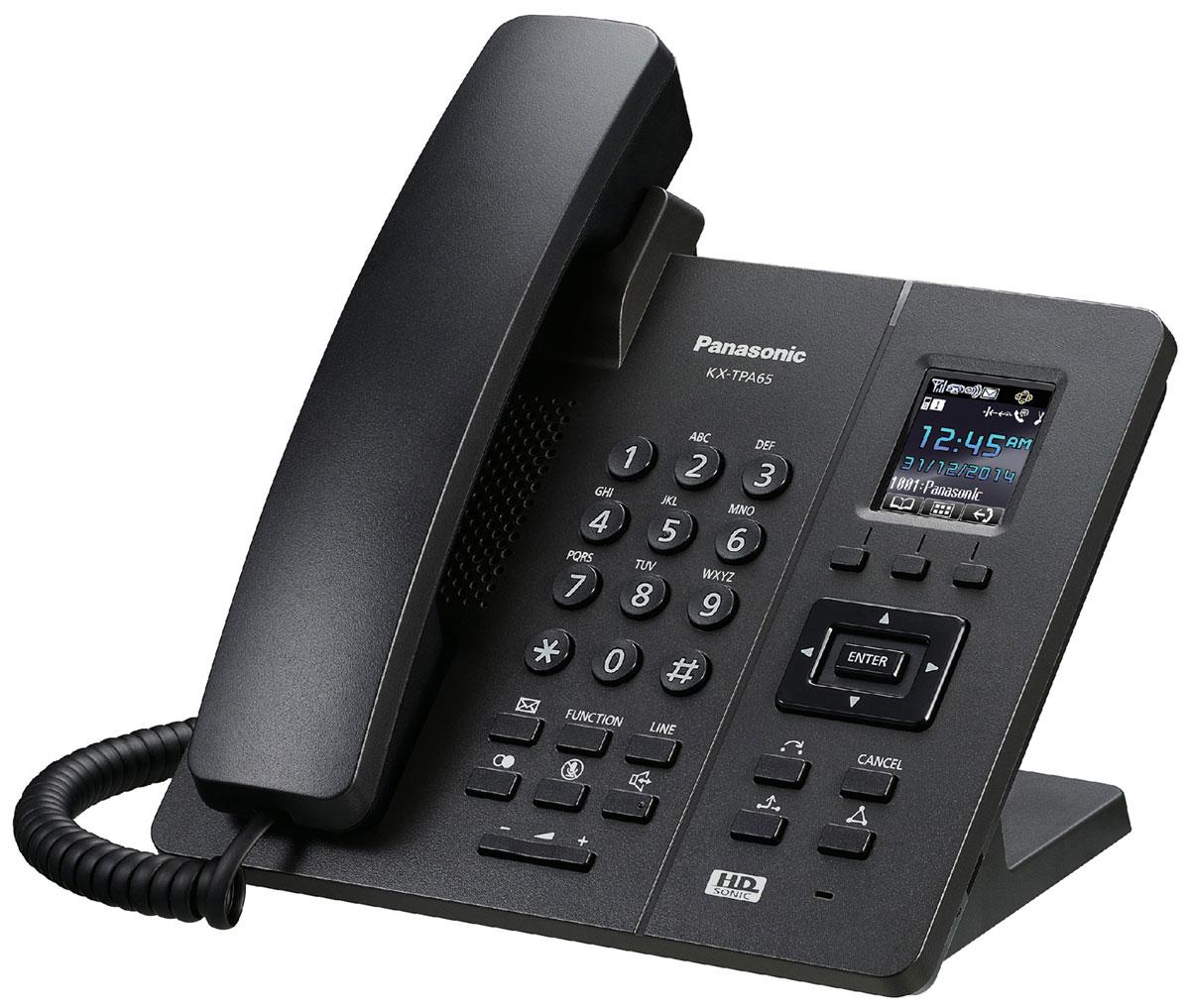 Panasonic KX-TPA65, Black DECT-телефонKX-TPA65RUBТрадиционная проводная телефония сегодня имеет целый ряд более удобных, качественных и, что особенно важно, доступных альтернатив. В их числе– голосовая связь, использующая SIP протокол. SIP-телефоны пользуются растущим спросом. Они представляют собой удобное оборудование, которое обеспечивает стабильную, качественную связь, а кроме того, дает возможность использовать целый ряд действительно полезных в офисе функций.SIP – это протокол передачи данных, который может использоваться для организации телефонной связи с помощью специальных приложений. На основе этого протокола может быть построена целая АТС. Сегодня данное решение считается одним из самых экономичных. Если в офисе используется SIP телефония, бесплатно могут осуществляться звонки между абонентами, использующими тот же протокол. Звонки на «городские», мобильные номера, абонентам в других городах и странах являются платными, однако их стоимость весьма доступна.SIP-телефон – это устройство, которое используется для голосовой связи с помощью протокола SIP. Самые простые модели подключаются непосредственно к компьютеру или роутеру. Более сложные решения, обладающие расширенной функциональностью, могут использоваться в составе офисных АТС и, соответственно, решать целый ряд дополнительных задач.Телефоны подключаются непосредственно к сети Интернет и обеспечивают удобную и экономичную связь поSIP-протоколу. Независимо от того, где установлены телефоны – в одном здании или в разных городах – организовать офисную или корпоративную телефонную связь будет просто. Достаточно подключить телефоны к Интернету или роутеру, настроить параметры учетной записи SIP, и система будет готова к использованию. Поддержка стандарта DECT уSIP-DECT телефонов дает возможность свободно перемещаться по офису или дому, не прерывая разговора. Вы можете организовать работу компании без дополнительного оборудования. Подключив терминалы непосредственно к операторам, Вы получаете широкий набор ф